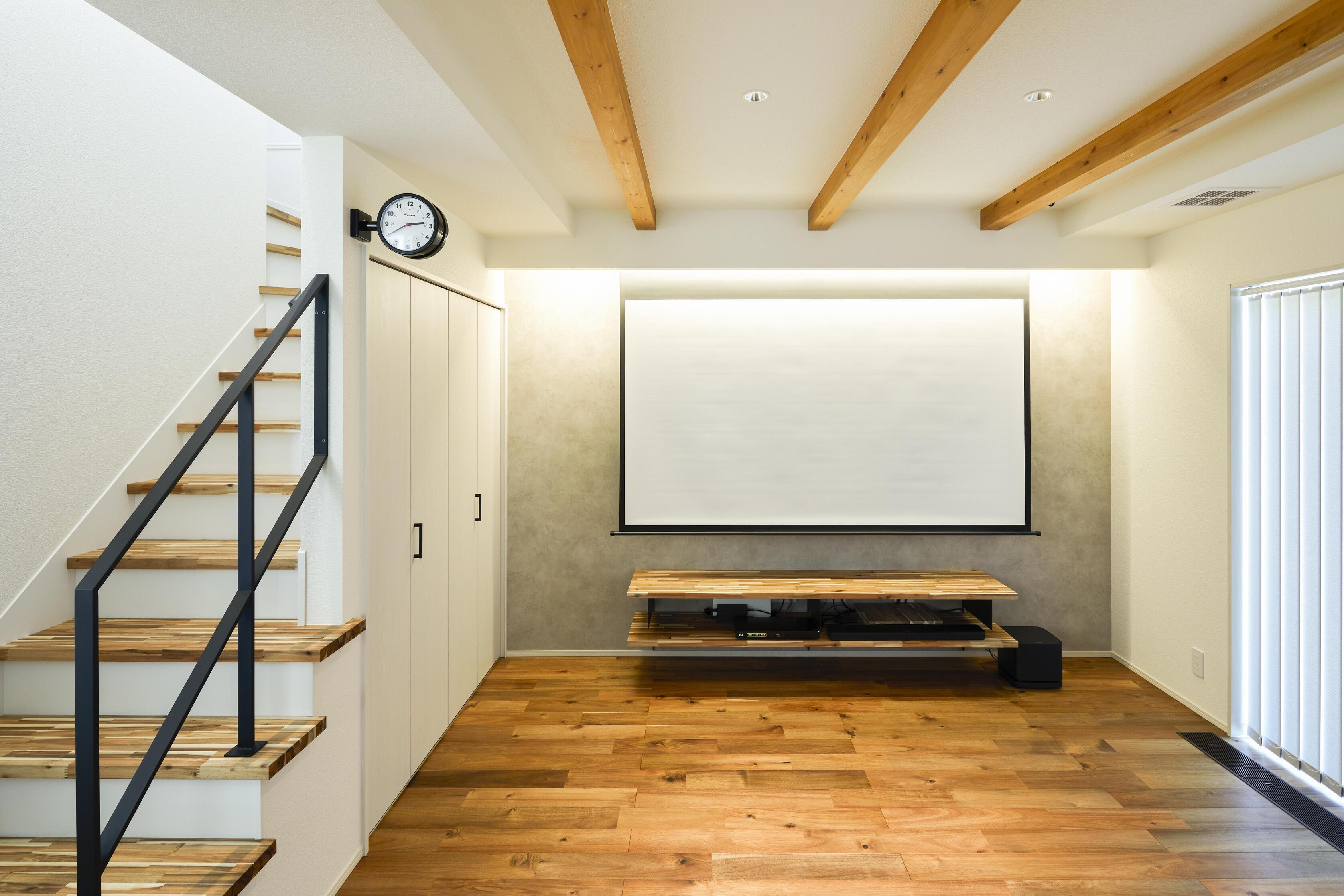 TV面上部には間接照明とスクリーンが埋め込まれている。調光できるのでシーンに合わせ贅沢な映画鑑賞ができる