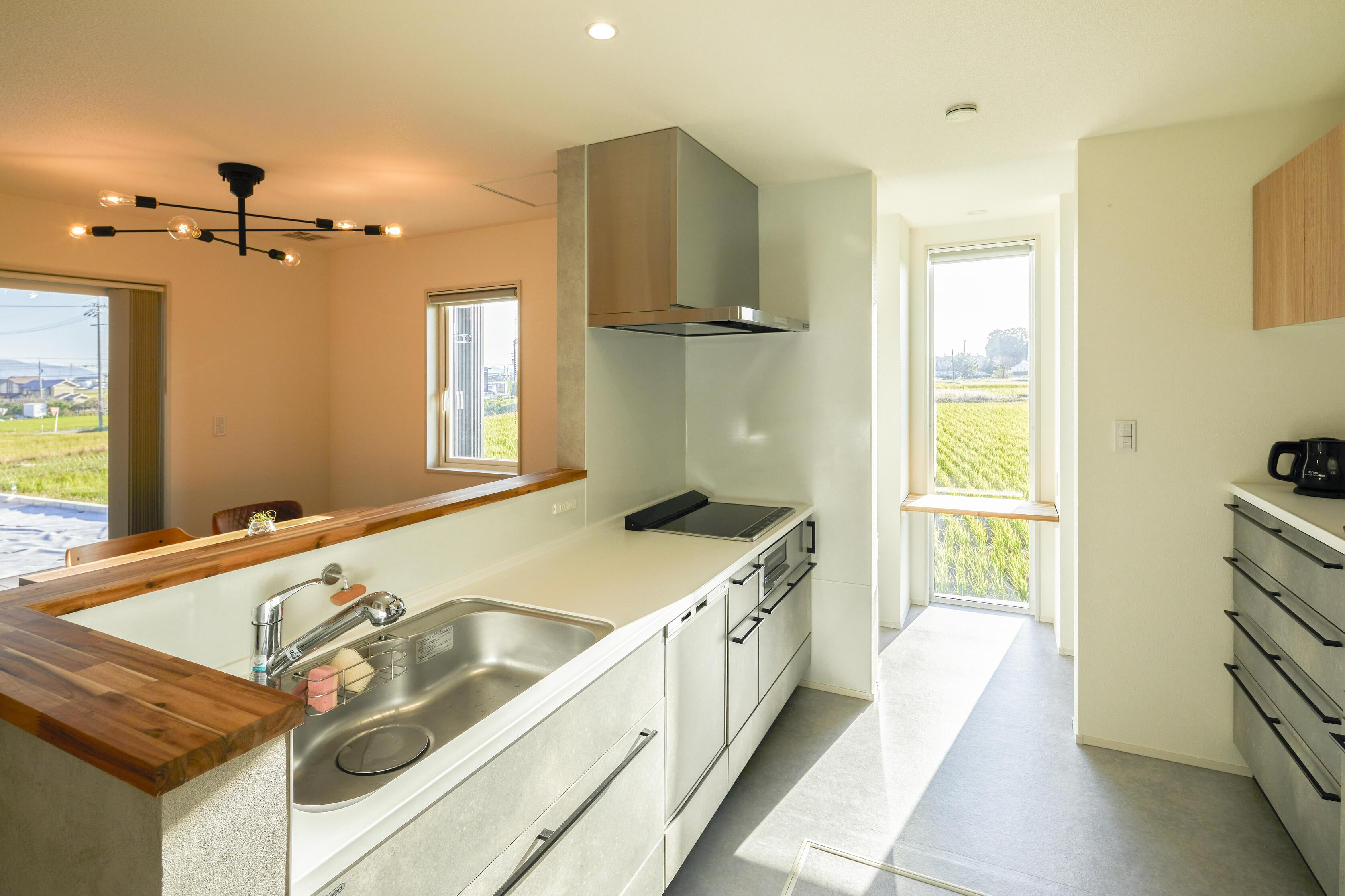 キッチン奥にはミセスコーナーがあり、家事のしやすさ抜群。ミセスコーナーからシューズクロークへの動線もあり、家事効率がしっかり考えられている。