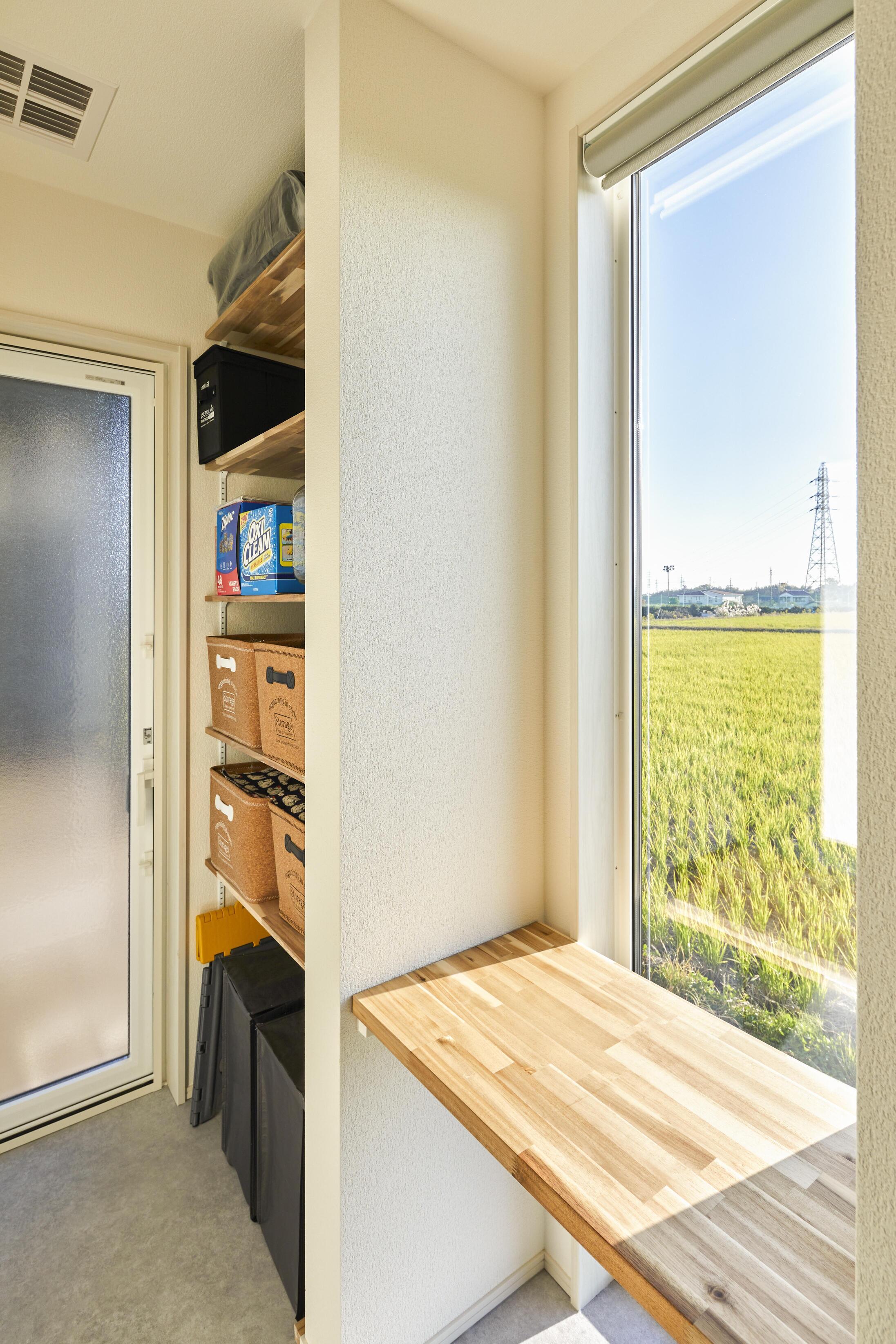 キッチン横のミセスコーナー。収納に困らないだけでなく、窓からの眺めも素敵な家事スペースに