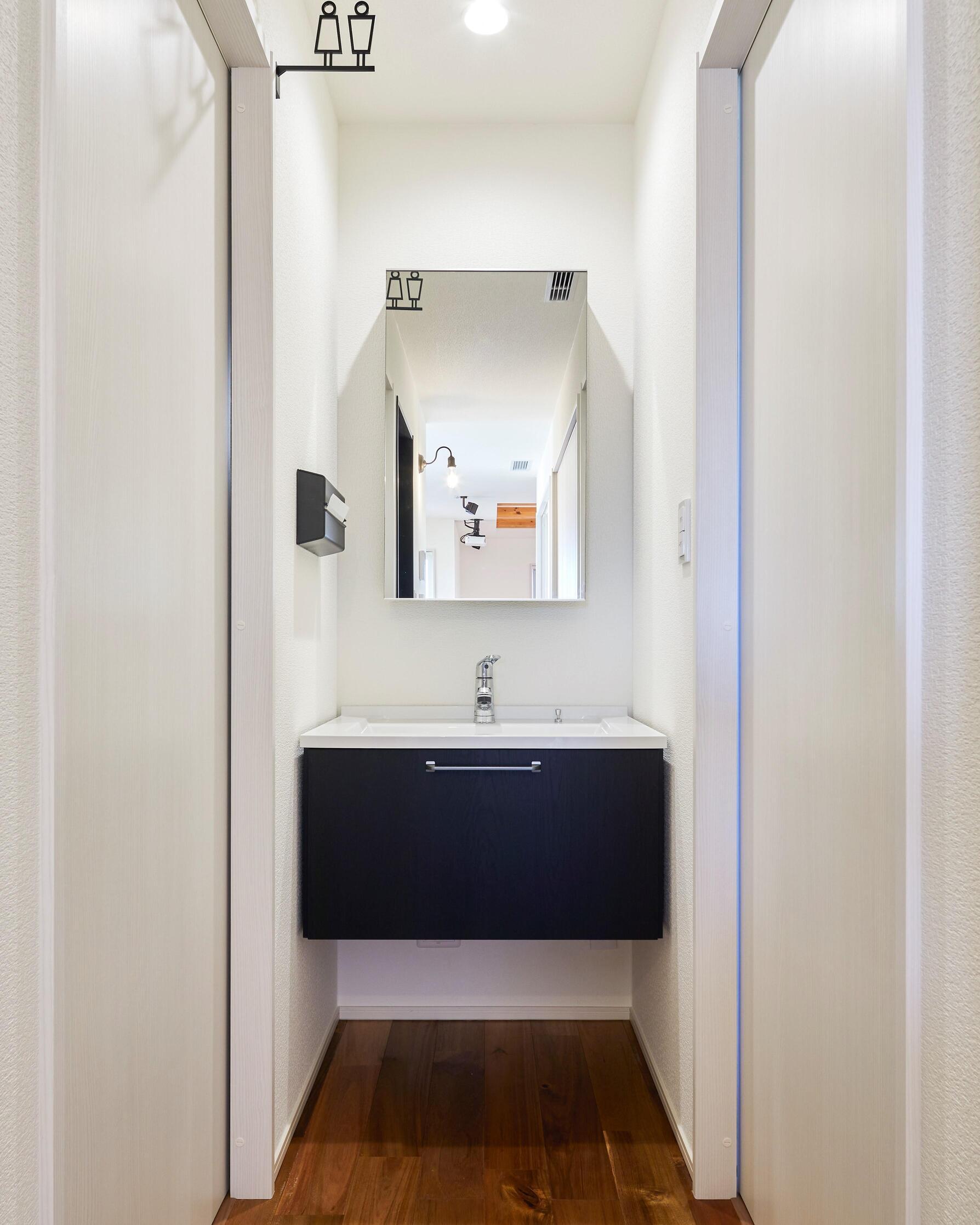 シンプルな洗面化粧台はスッキリと清潔感がある。脱衣所とは別のスペースに設置することで、来客時でも気兼ねなくお使いいただける