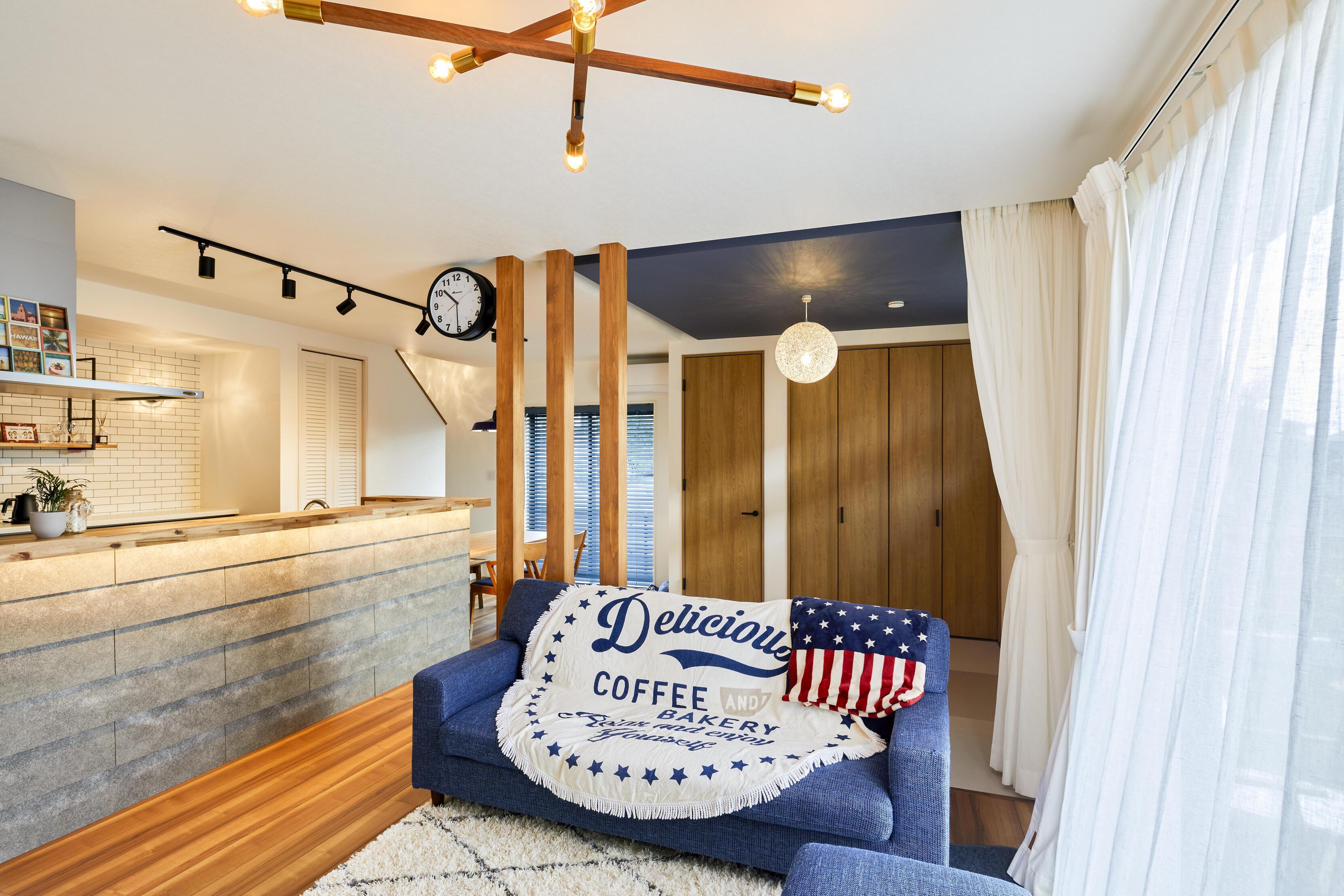 畳スペースを含め22帖の広々LDK。メイン照明のヌードランプによって部屋全体に温かみが広がる