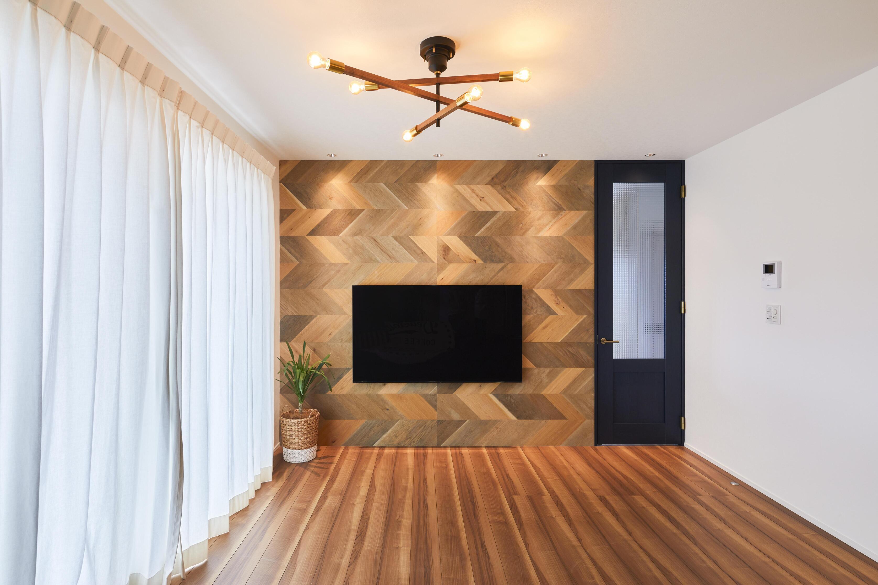 壁面にはヘリンボーン柄のリアルパネルを貼り、ダウンライトで照らすことにより大人っぽい雰囲気に