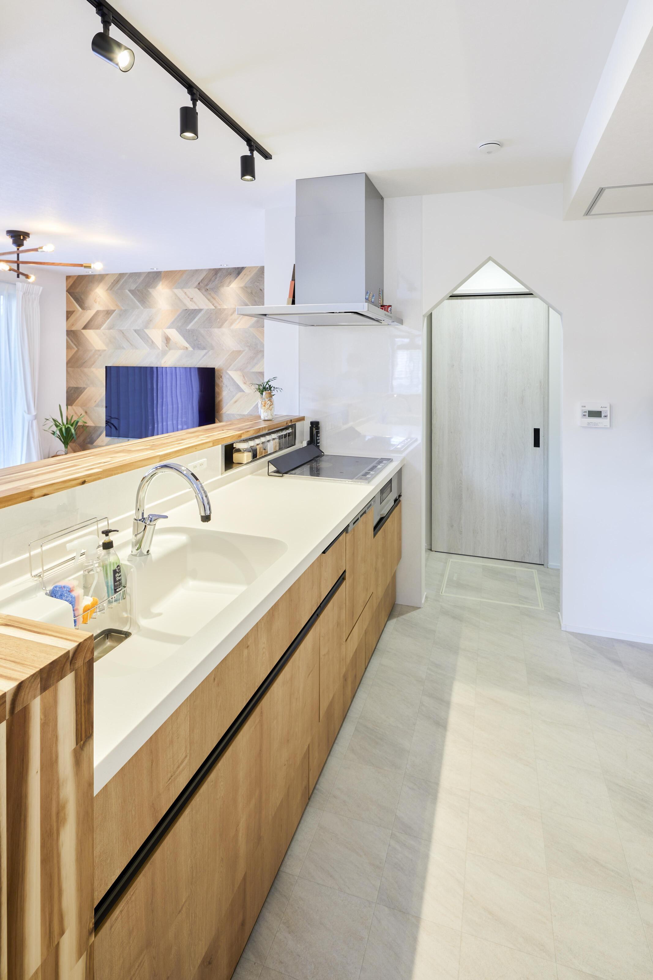 キッチンからパントリーを通って洗面脱衣所へアクセスできる。回遊しやすい間取りで家事もしやすい