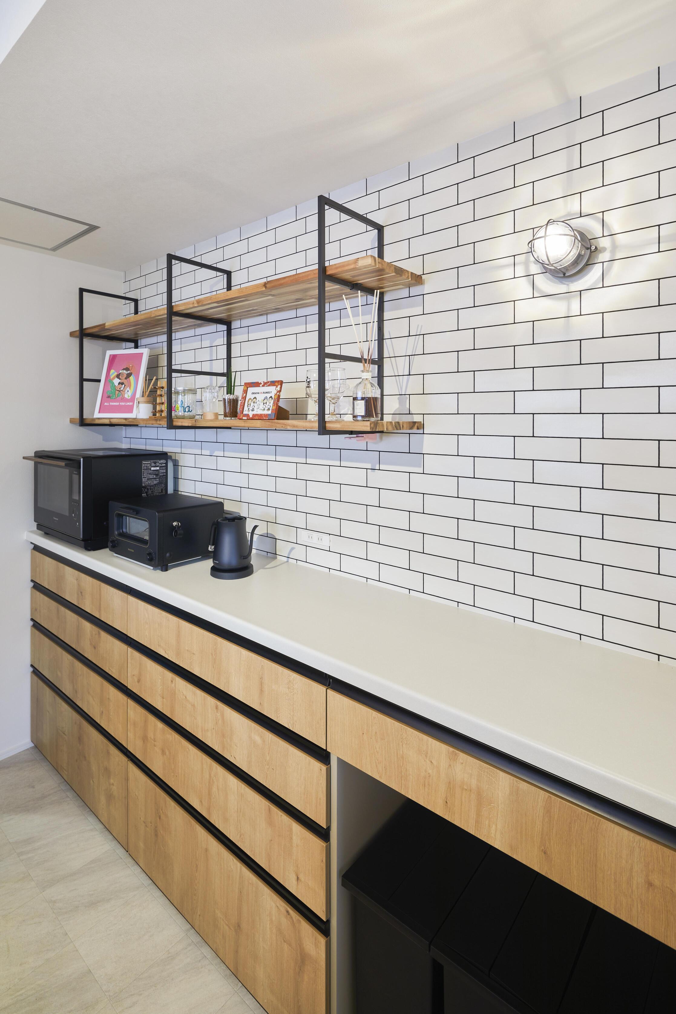 キッチンの背面にはタイルをあしらいオシャレなカフェのようなテイストに