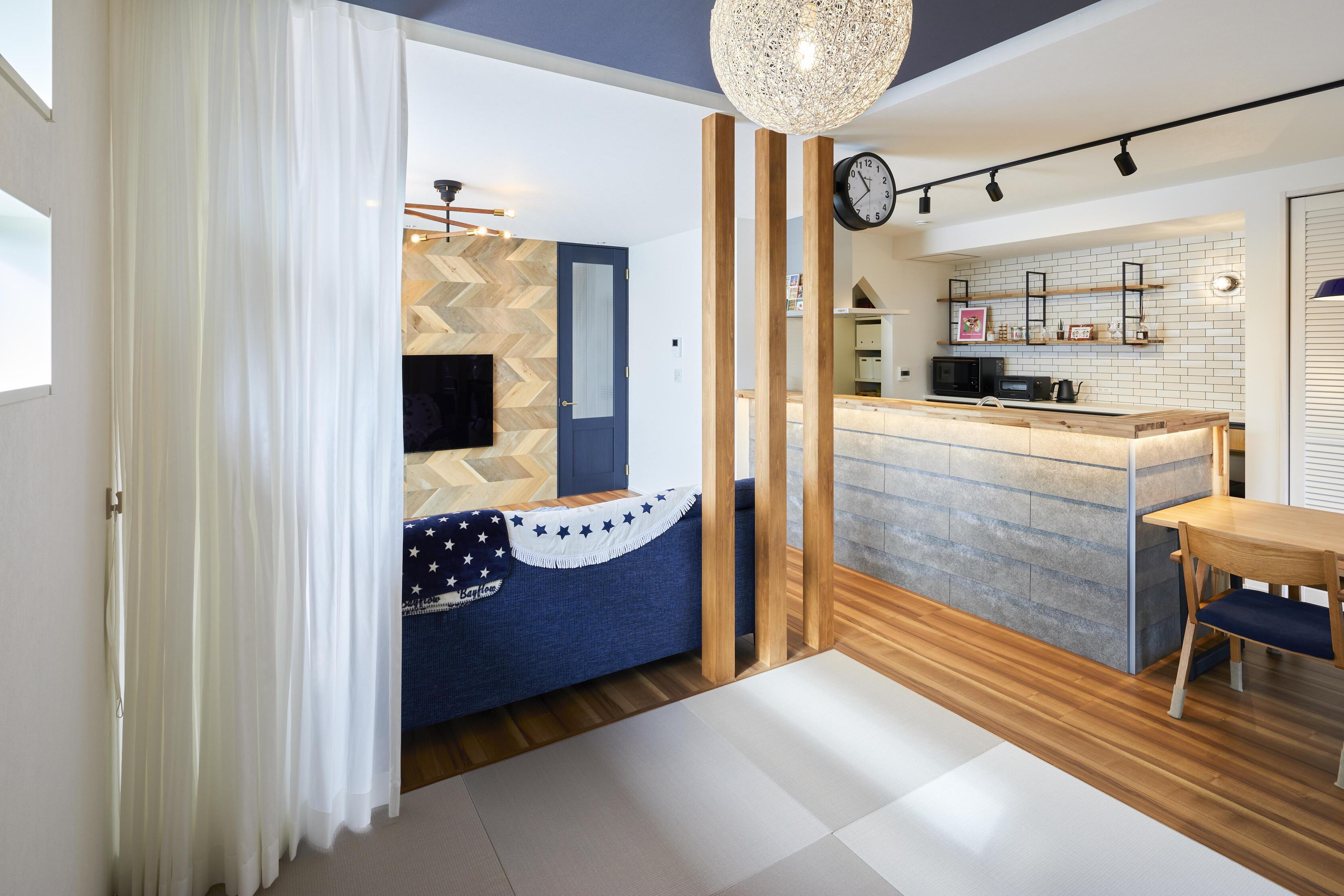 LDKと一体となっている和室スペース。広々使えて快適