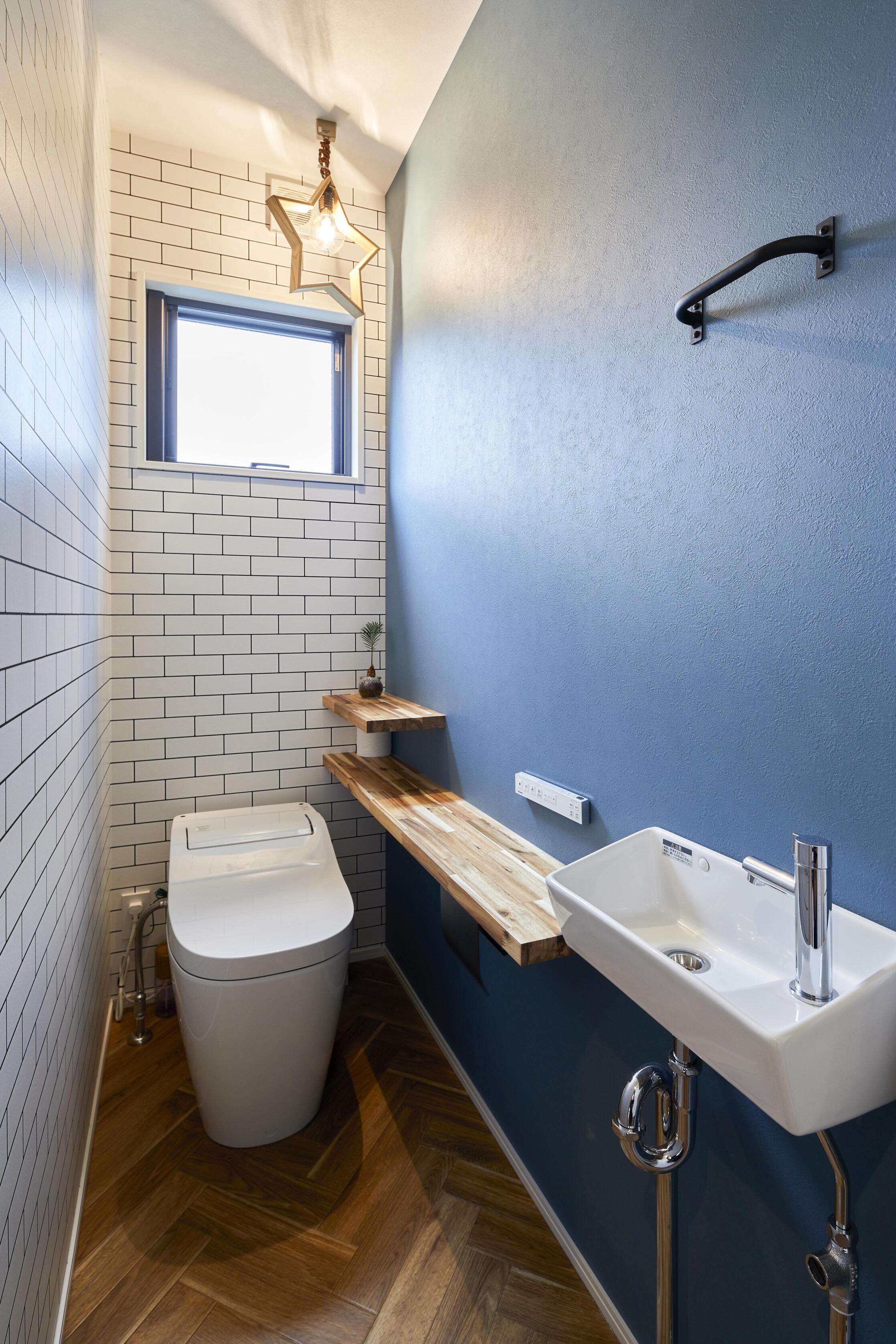 2段カウンターや星形の証明などこだわりが詰まったトイレ