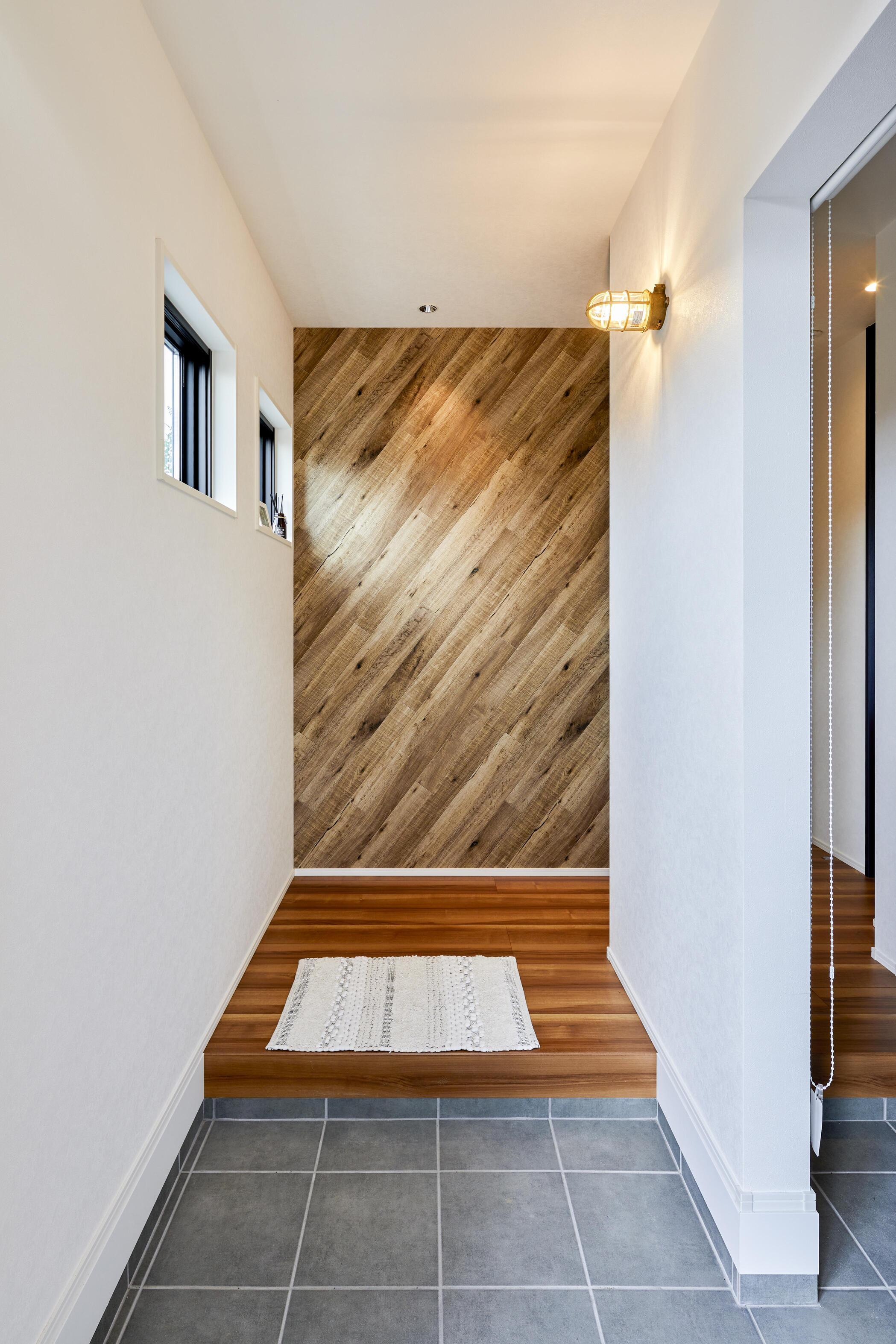 玄関にはシューズインクロークを設計。玄関扉を開けて目に入るお洒落な木調の壁が印象的