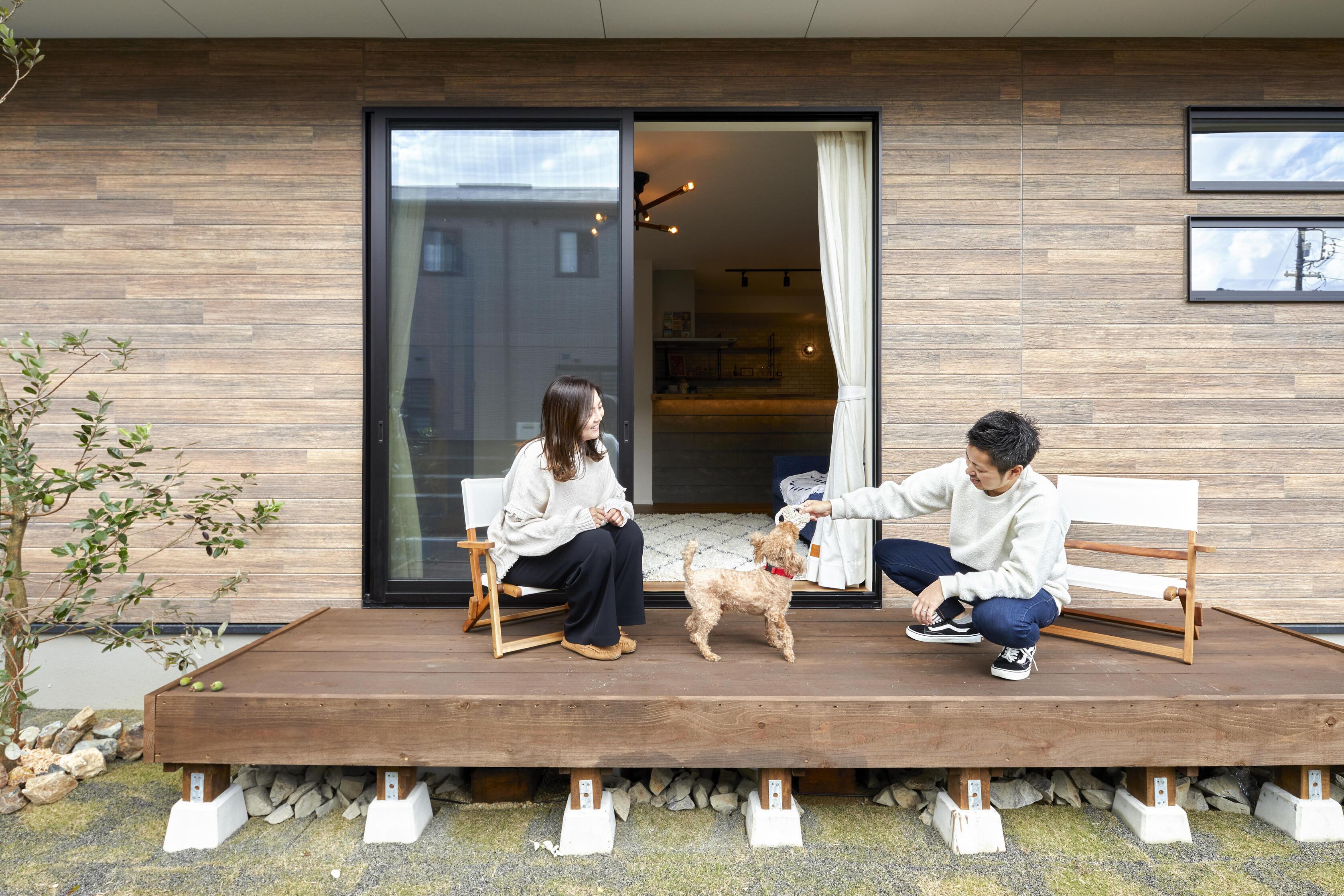 広い庭ではBBQや簡単なパーティーなどを愉しめ、アウトドア好きな夫婦にピッタリ