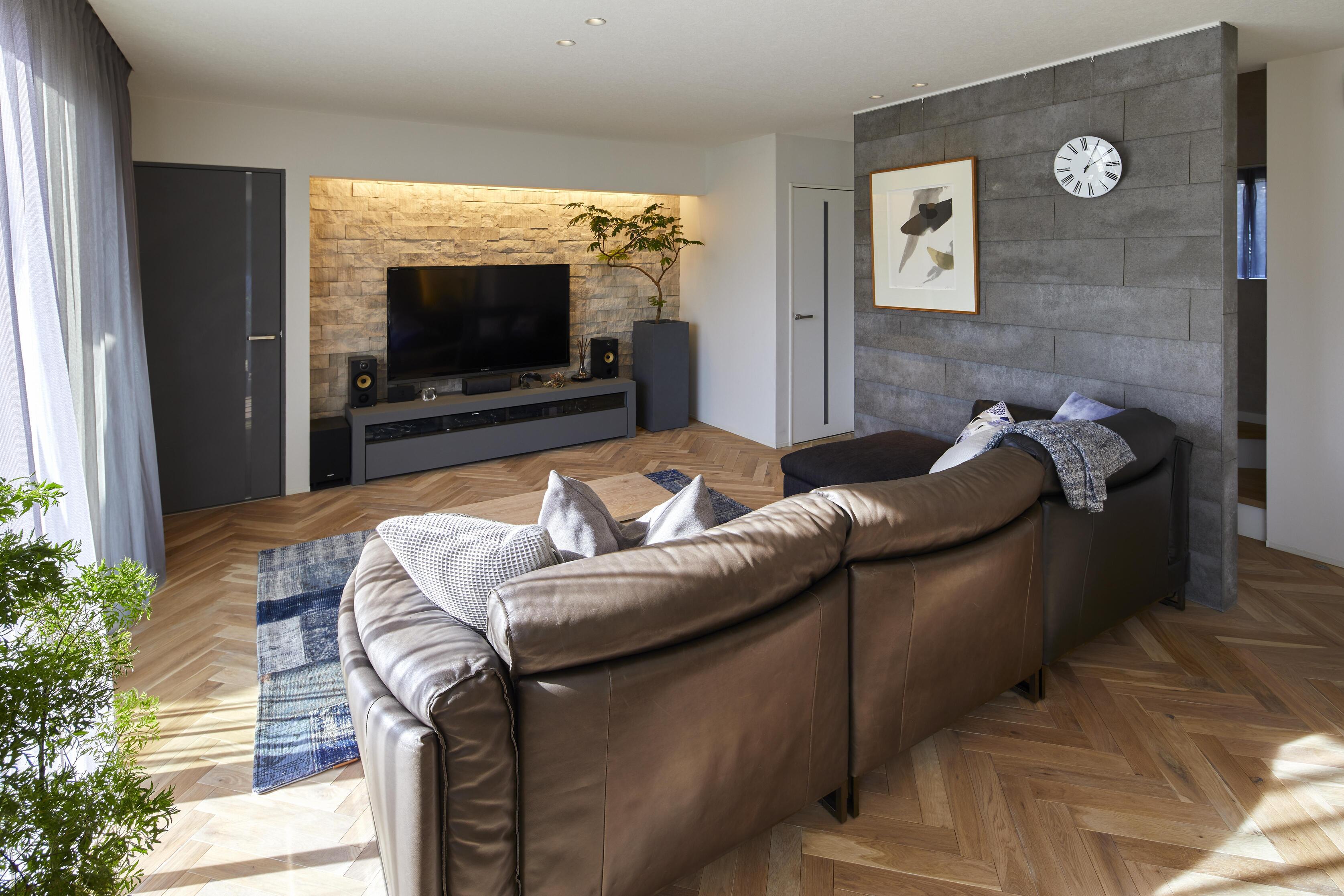 間接照明の陰影が味わえる。LDKの階段はセメント版をラップ張りした飾り壁で隠し、より家具を主役として引き立てている