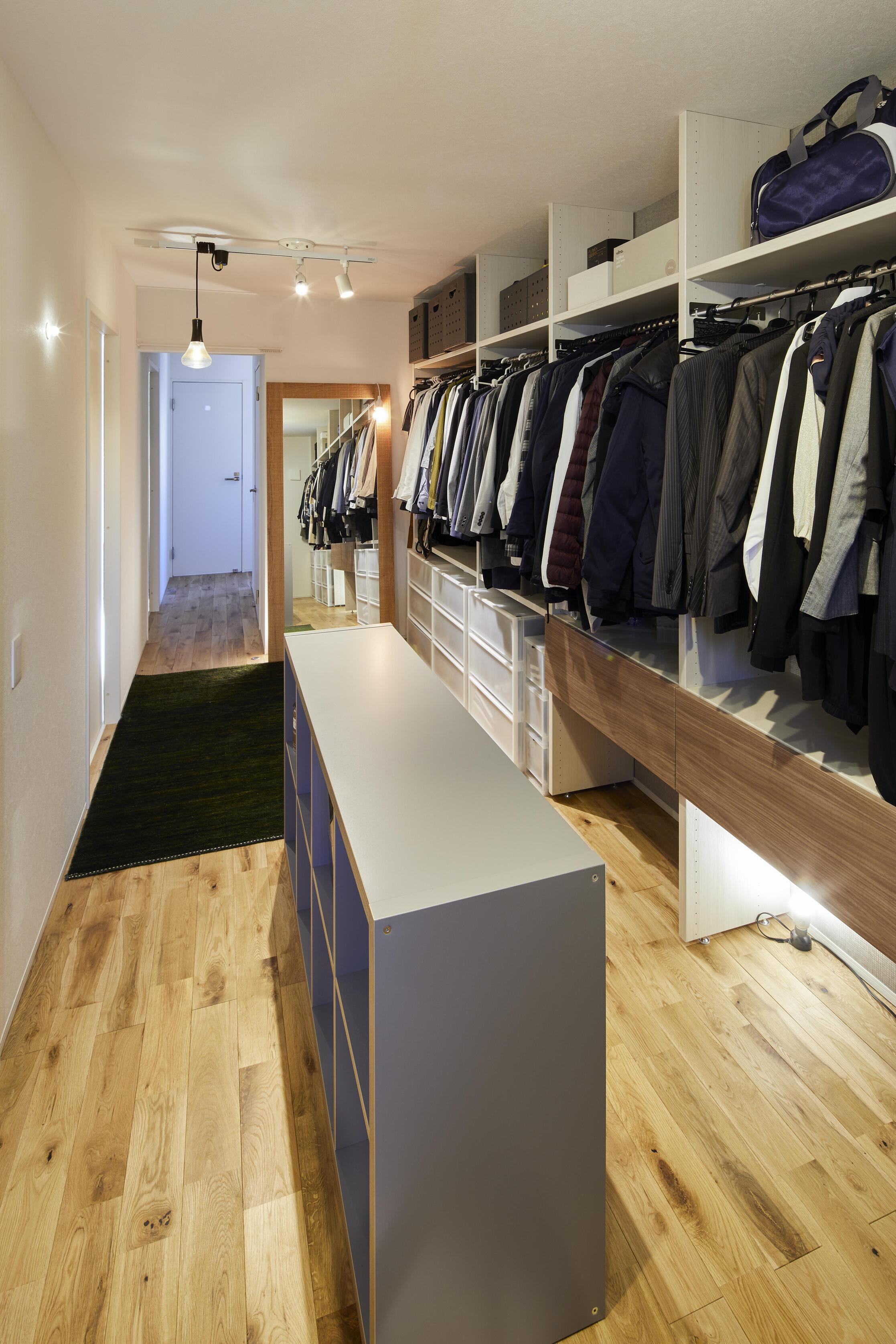 2階ホールにはファミリークローゼットを設計。家族の衣類をまとめて収納できることに加え、オシャレなショップのような雰囲気も味わえ、毎日の服選びも楽しくなる