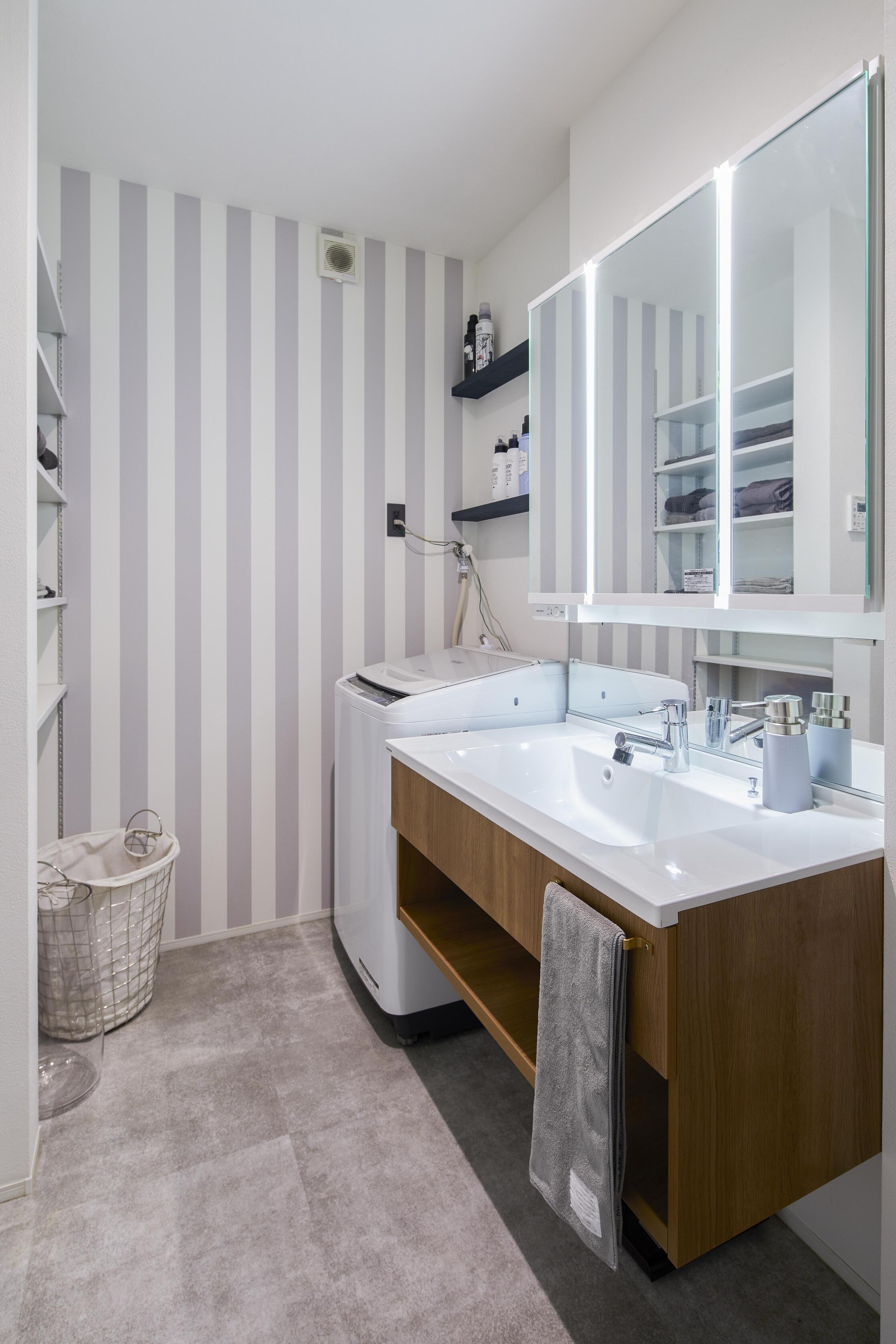 可愛らしいアクセントクロスを採用した洗面脱衣所。洗面脱衣所→物干しスペース→ファミリークローゼットの動線を全て2階で完結しているので家事もラクラク