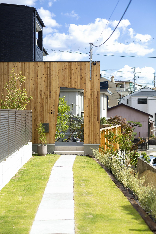 延長敷地の路地状部分には芝生を施工し、木製ゲートまで、まるで高原の小路のような雰囲気に