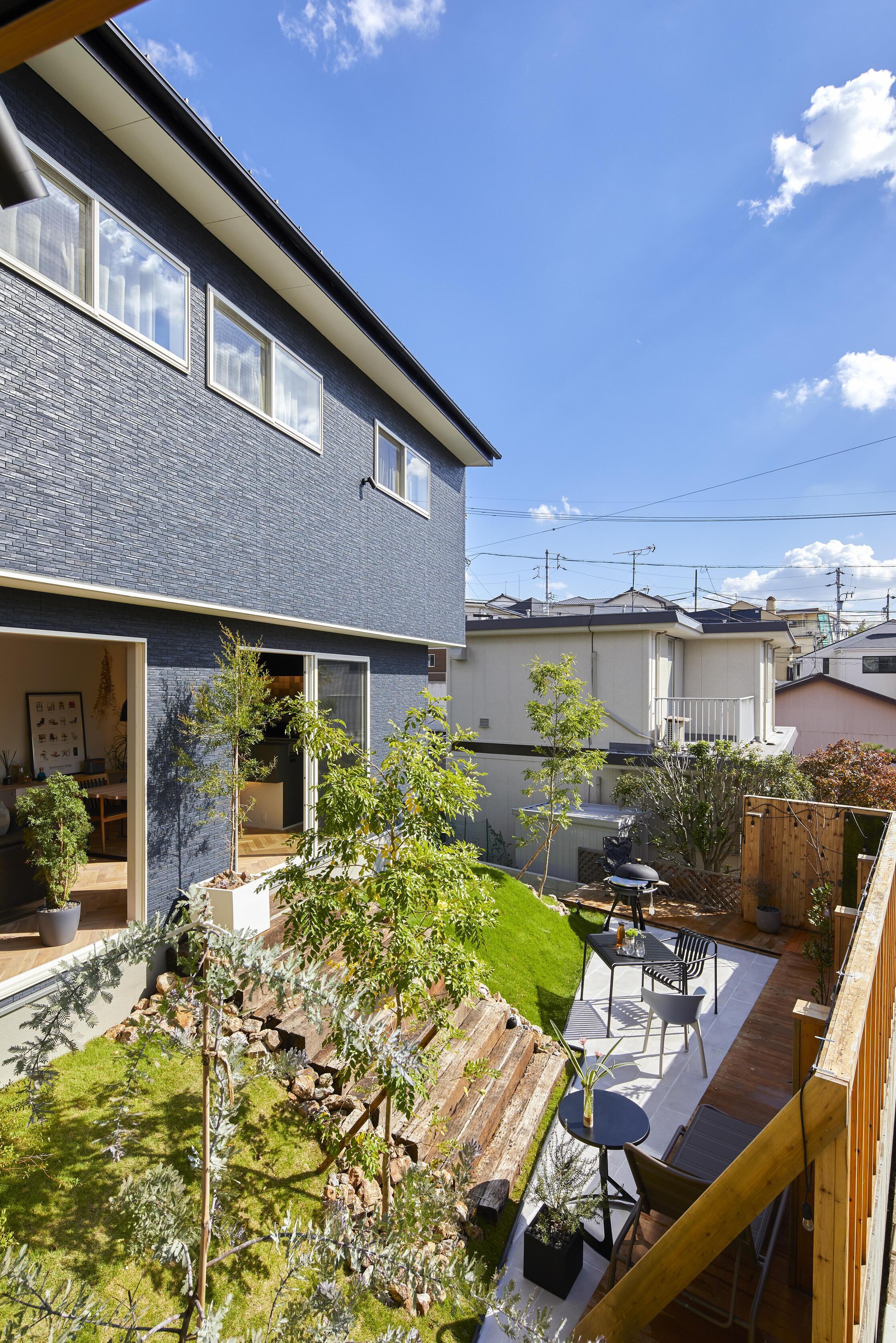 建築の難しい傾斜地の高低差を上手く利用して、立体的な邸宅をつくりあげた