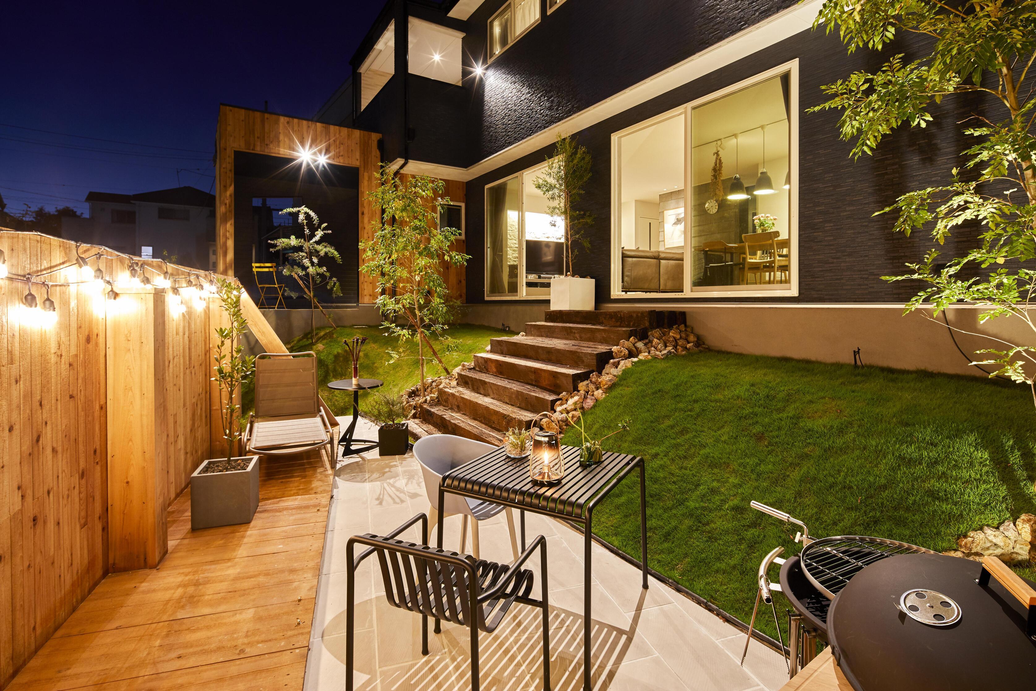 植栽が主役となるように外構を考えている。夜にライトアップされたガーデンはデザイン性が高いだけでなく、防犯としての役割も大きい