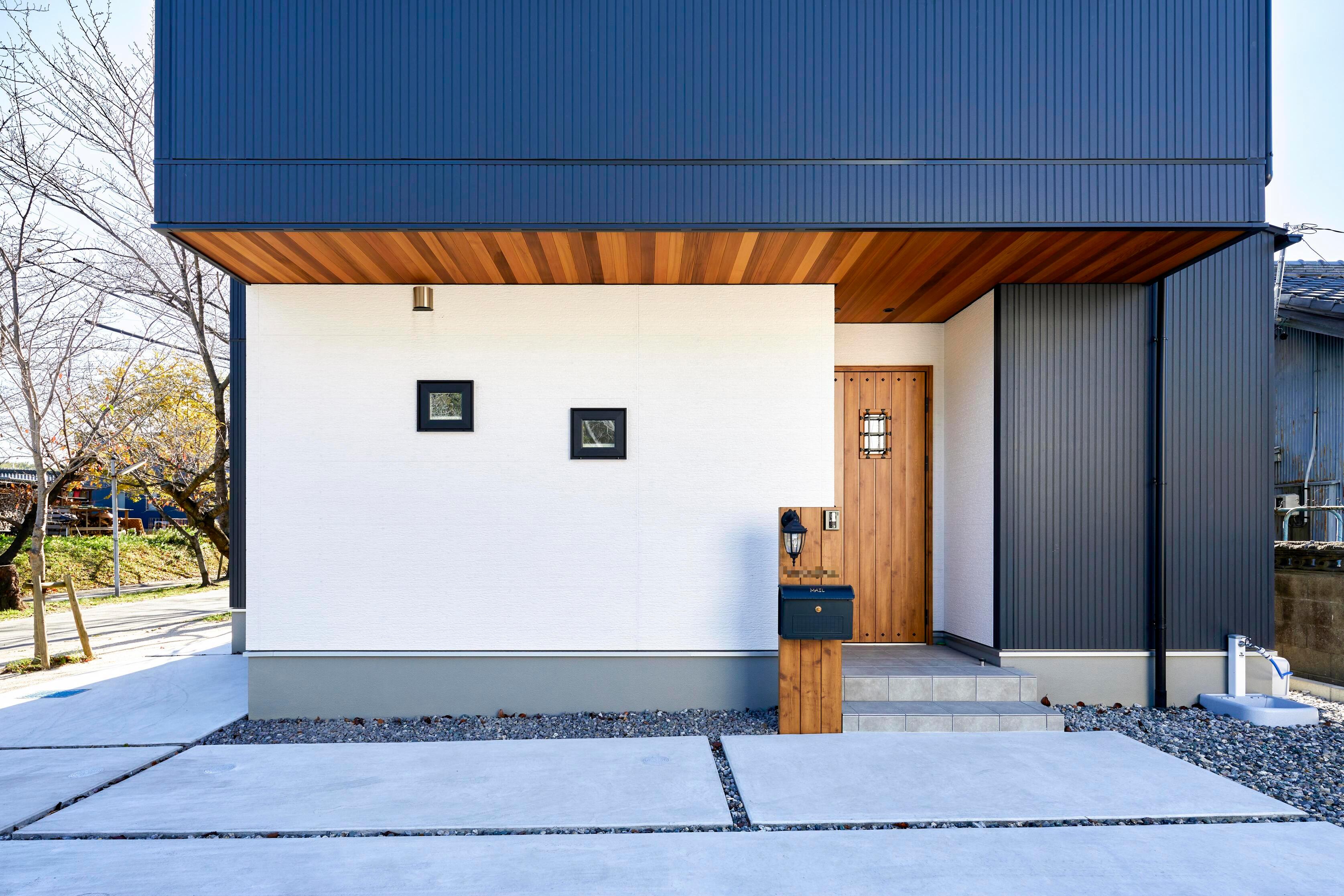 玄関先の軒天にはウエスタンレッドシダーを用い、木材の質感をアクセントにした