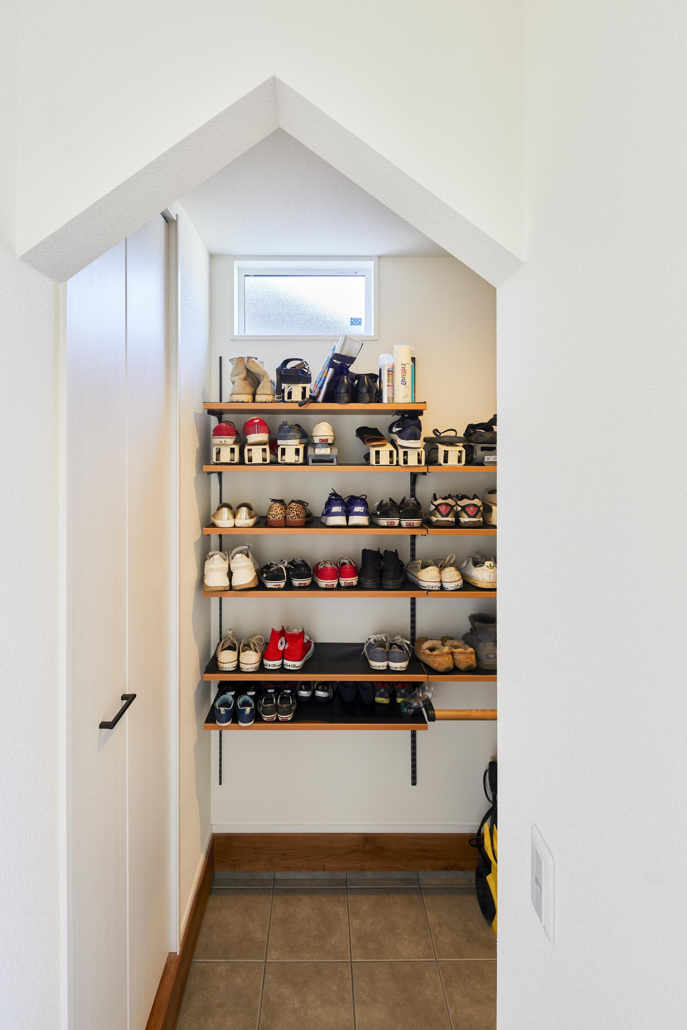 家型の垂れ壁が可愛らしいシューズインクローク