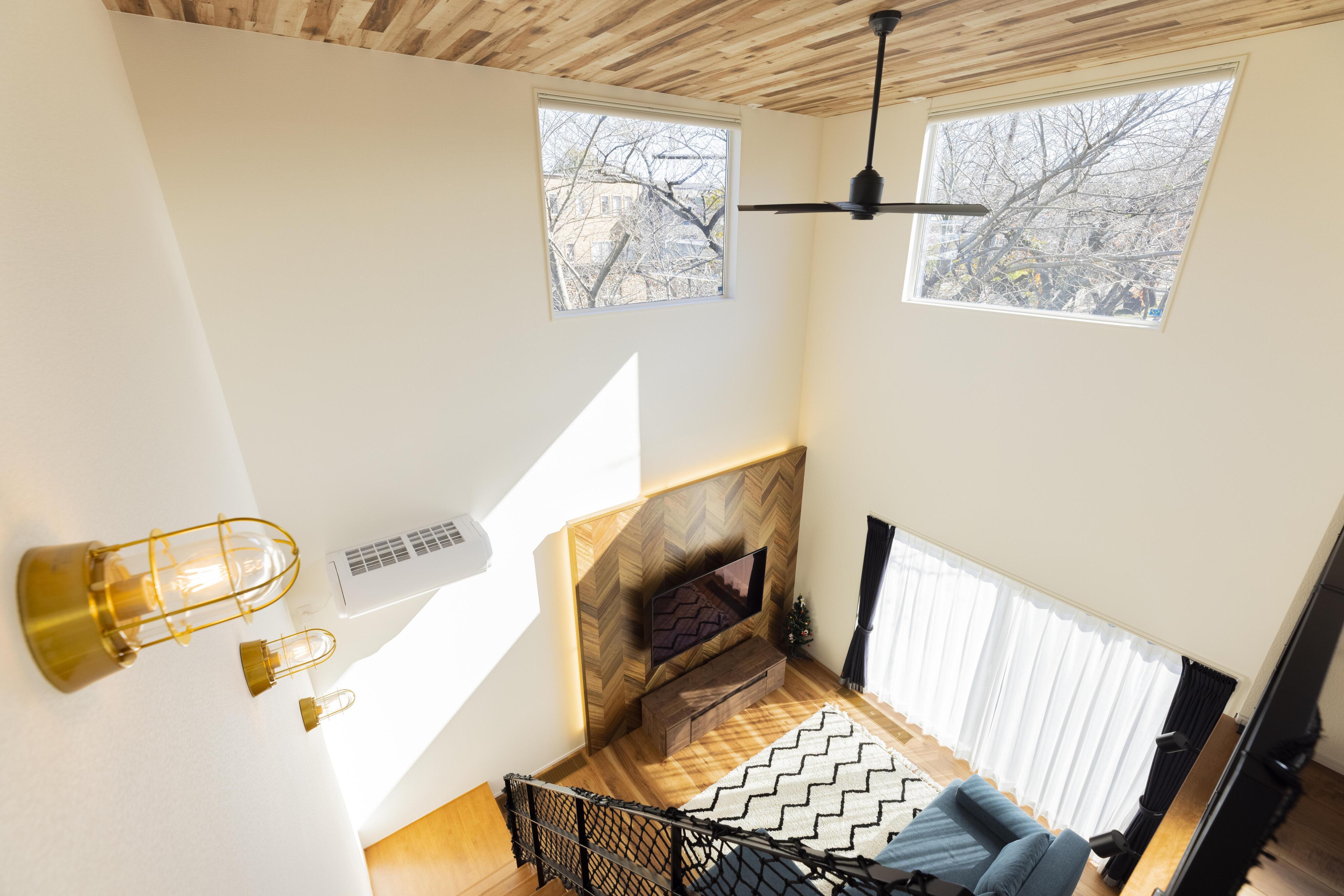 天井には木目のクロスをあしらい、落ち着いたトーンの空間に