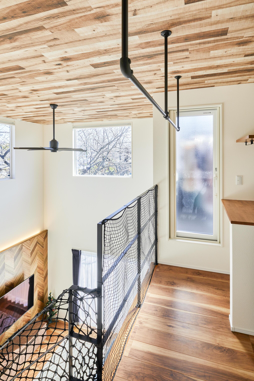2階ホールにはアイアンの物干しバーを取り付けた。部屋干しにも困らず、便利なスペース