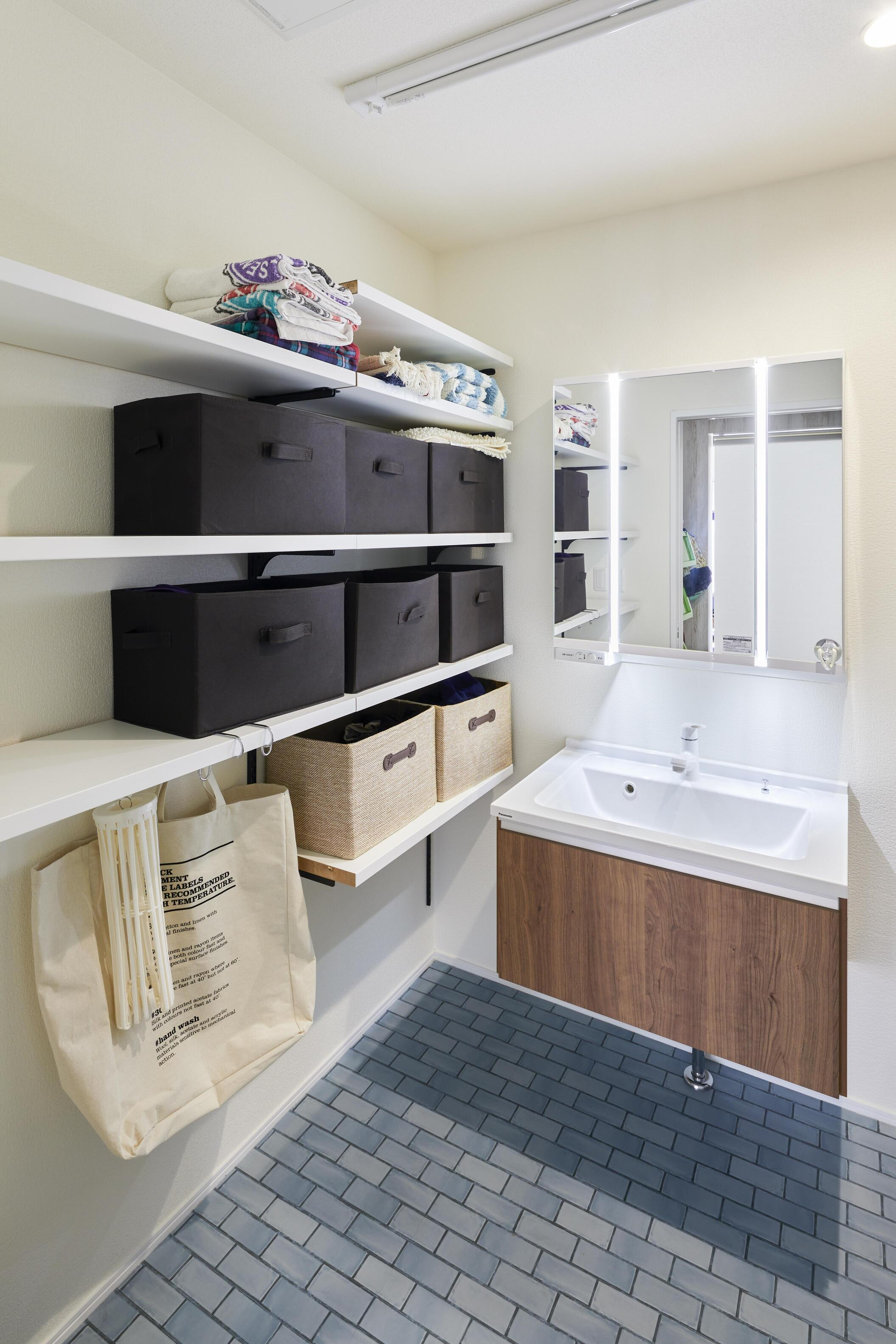収納棚を多めに設計して、収納力を充実させた洗面室
