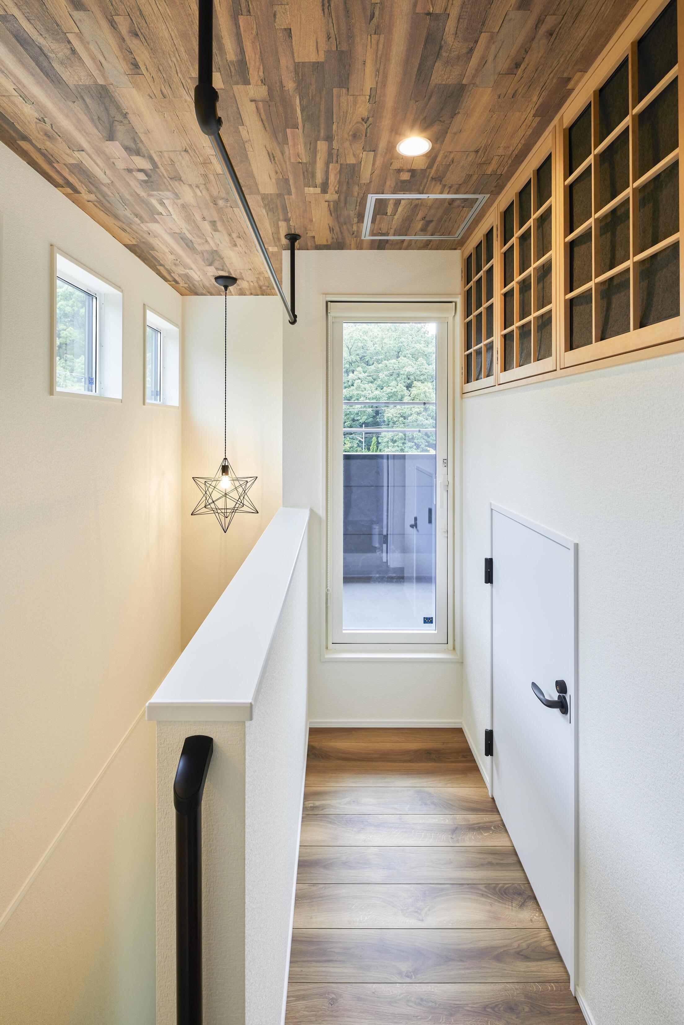 2階のホールに全館空調の空調室を設計。室内干し用ハンガーパイプを設置