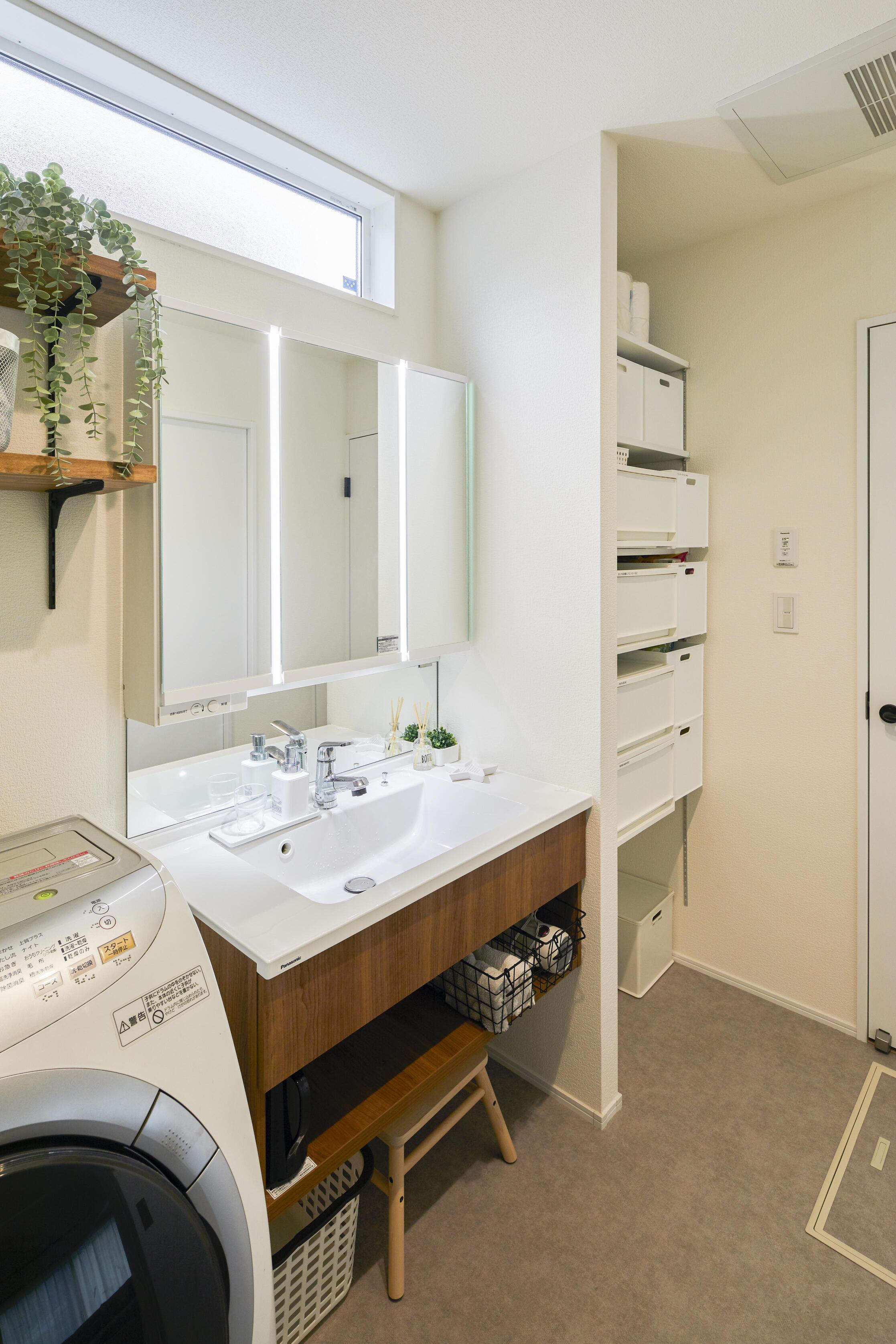 洗面台はフロートタイプを採用。可動棚を設置し収納にも困らない