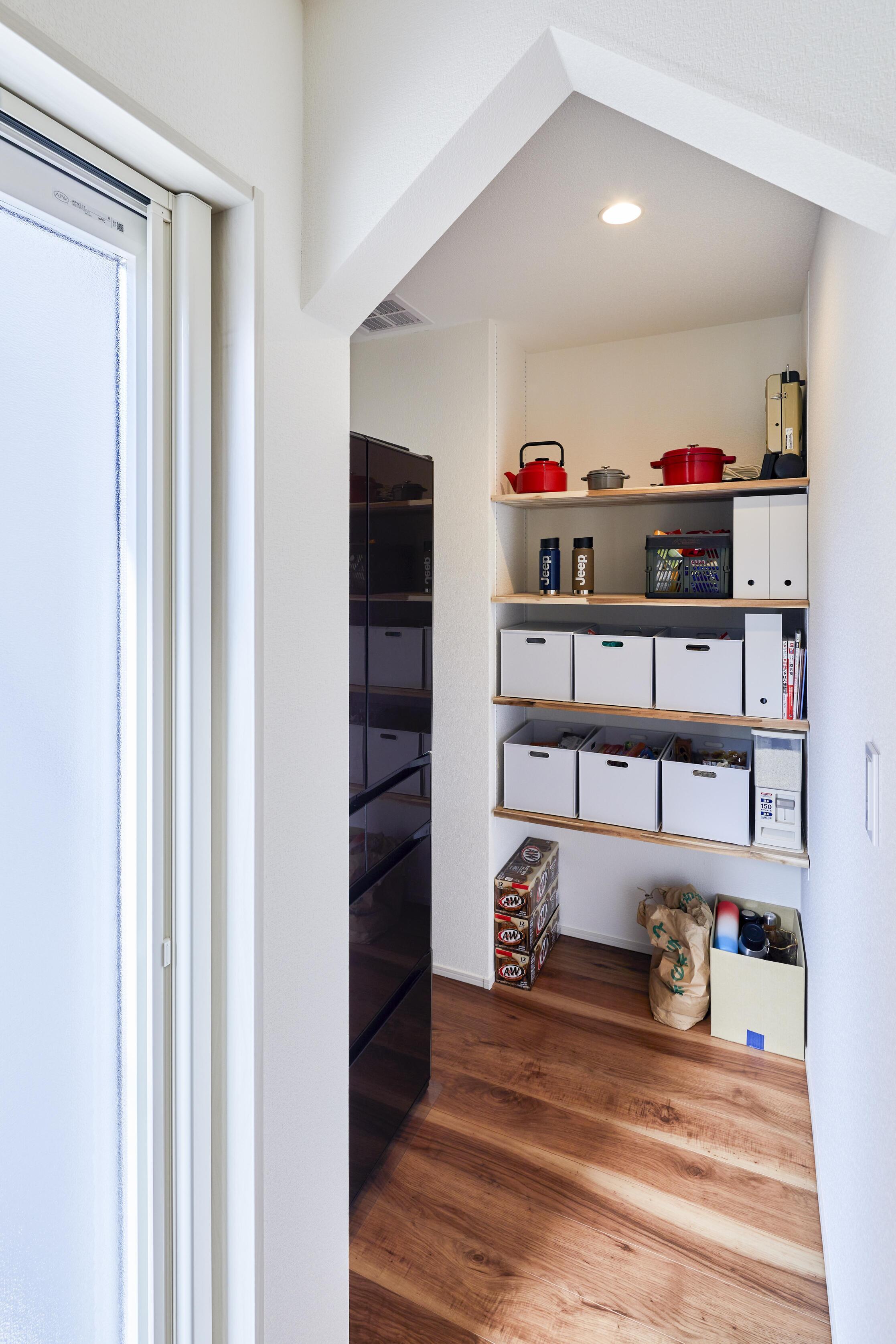 キッチンの奥には冷蔵子置き場と食品や日用品を収納できるパントリーを設計
