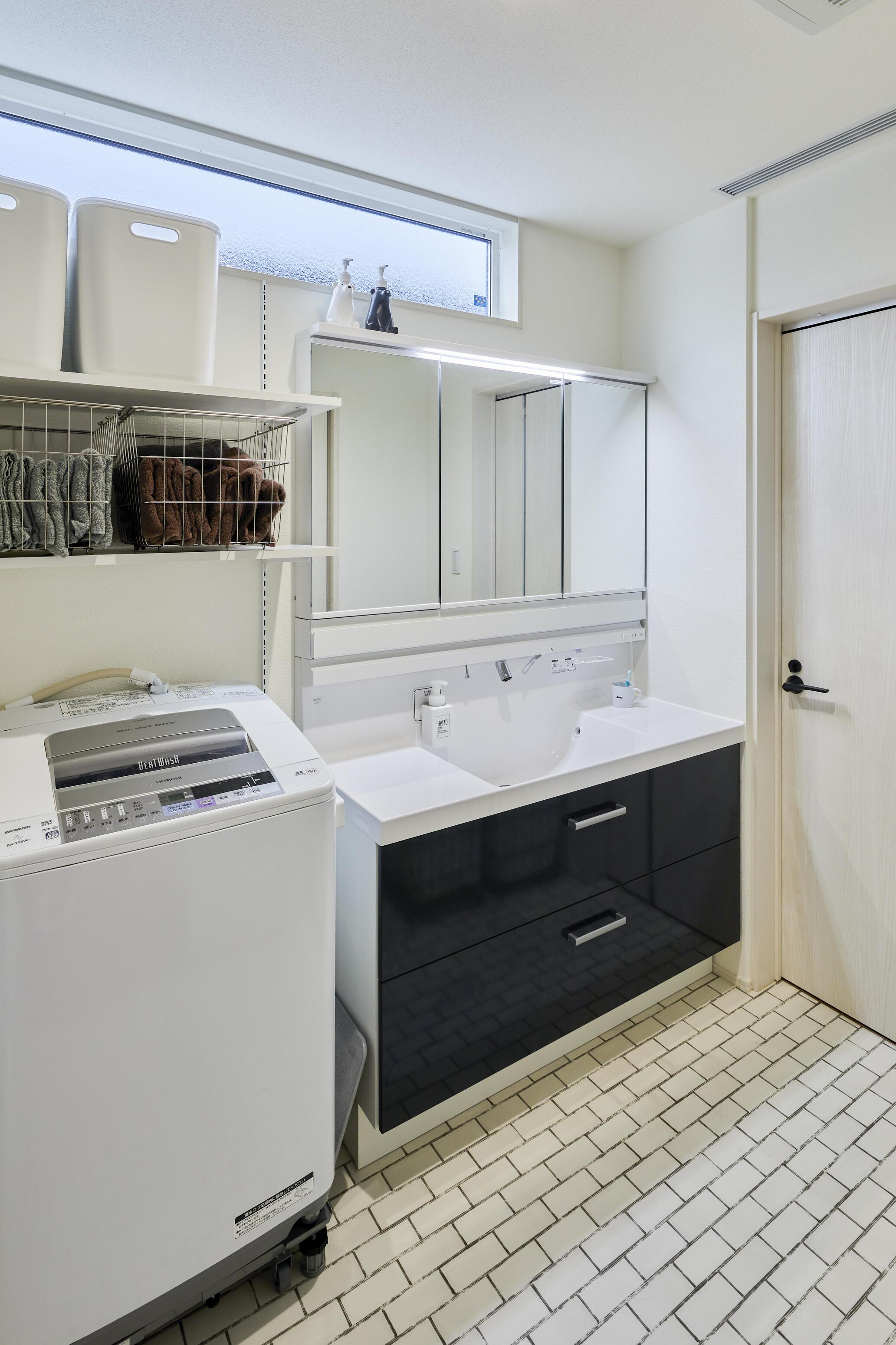 大きな洗面台で使い勝手が良く、ゆったりとした洗面所