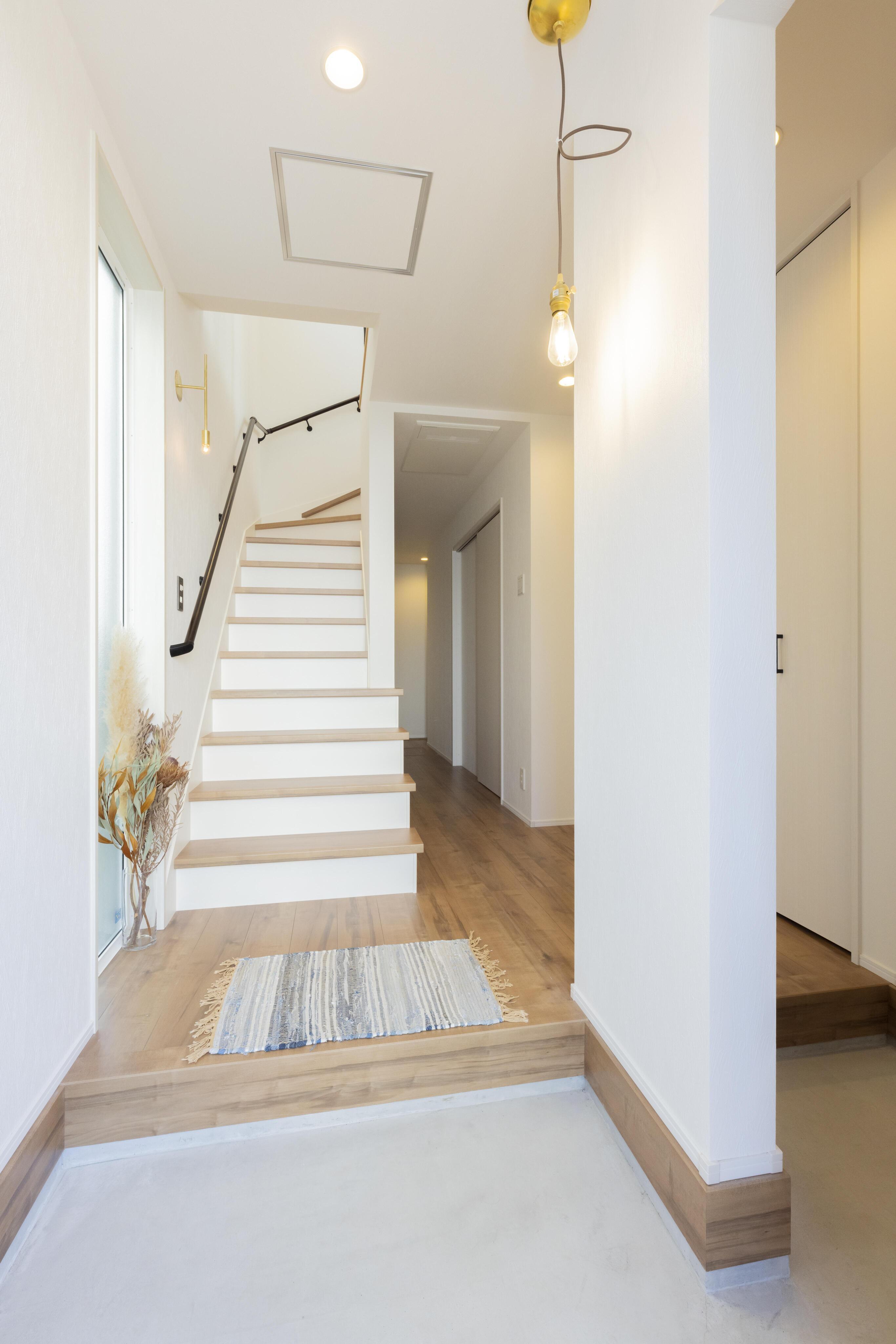 玄関に入ってすぐに2階に上がれる階段を設置し、リビングへ誘導する