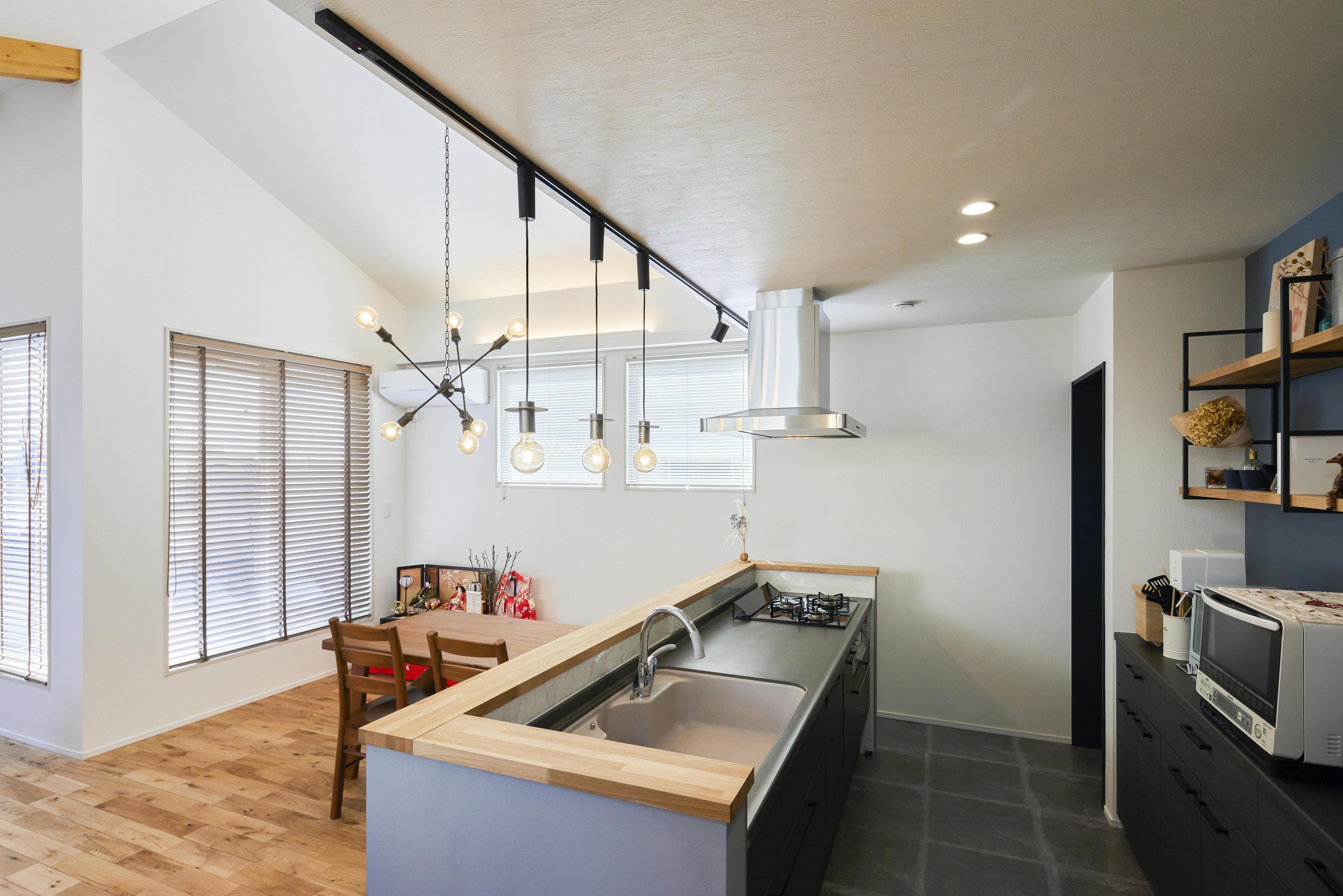 照明のシリーズを揃えることにより、統一感を出したキッチン