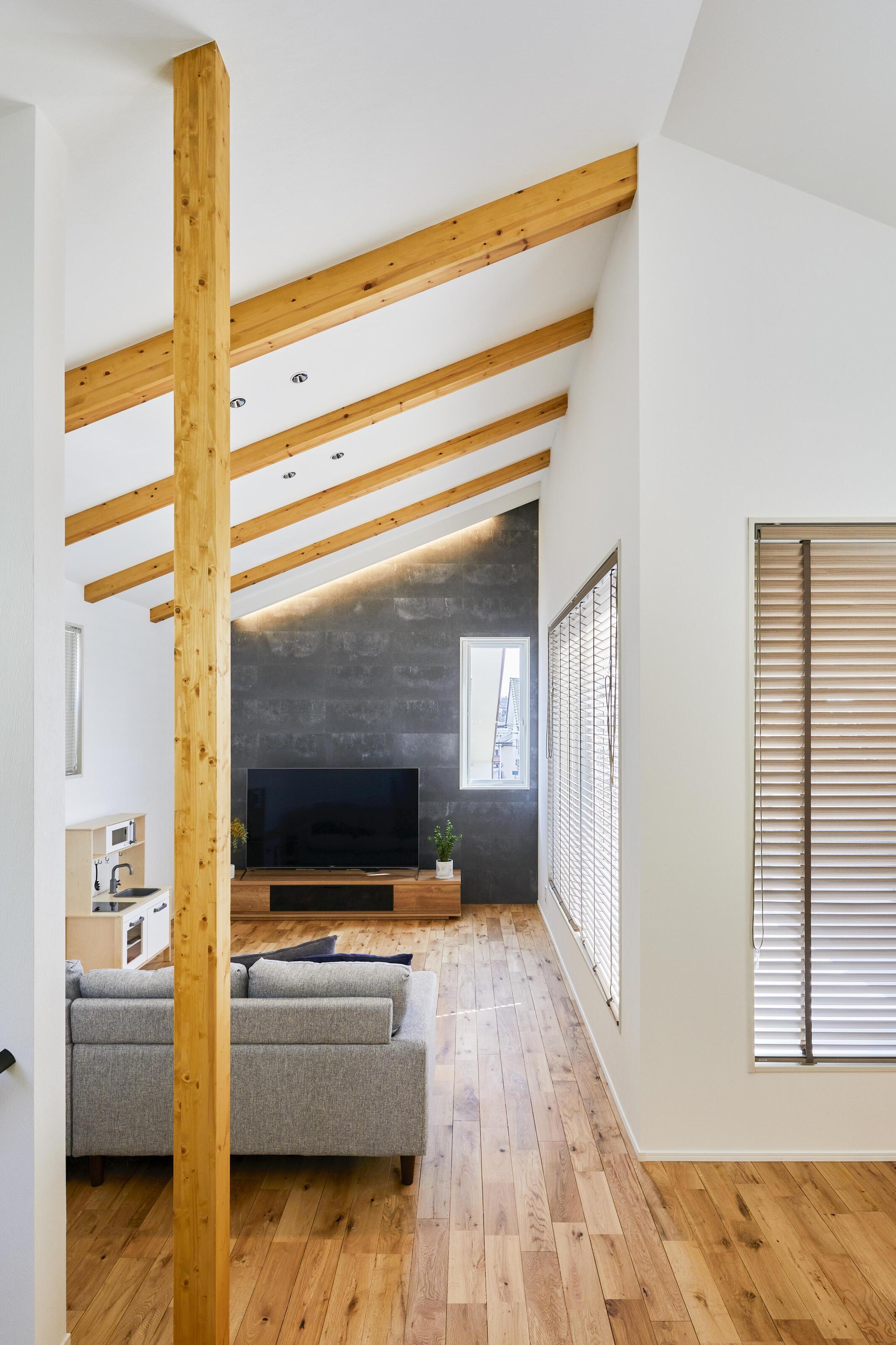 勾配天井と見せ梁を利用して開放感のあるリビングスペース