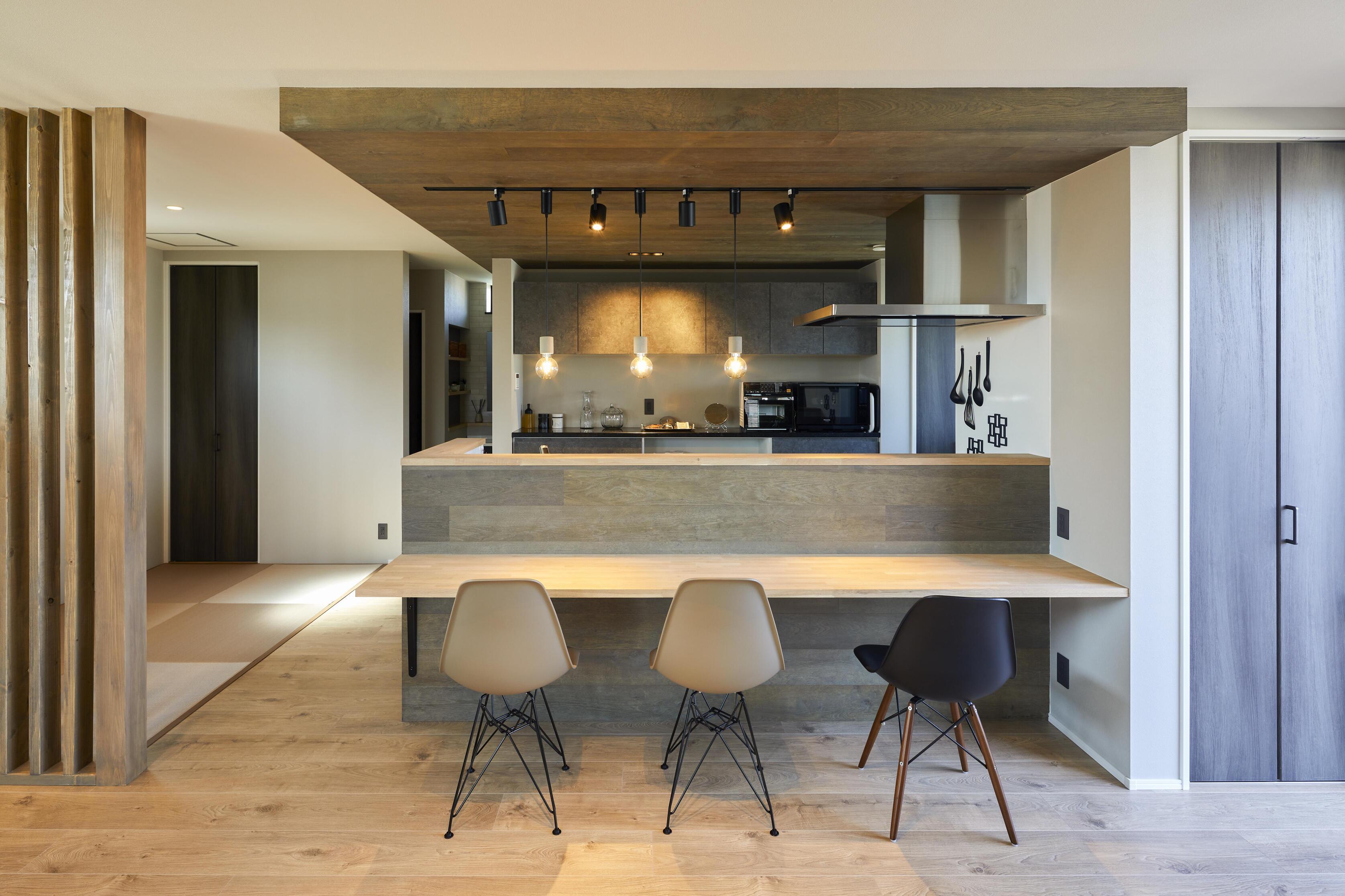 カウンターテーブルを採用することで、ダイニングスペースを省略でき、リビングスペースを開放的なものに