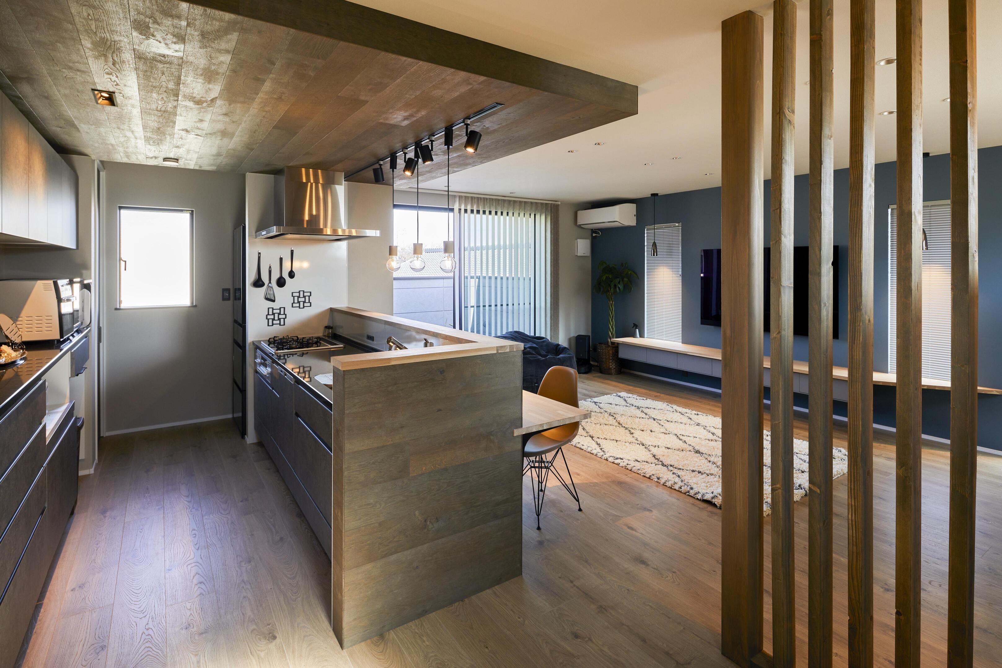 空間にメリハリが生まれるように、キッチン部分を折り下げ天井に