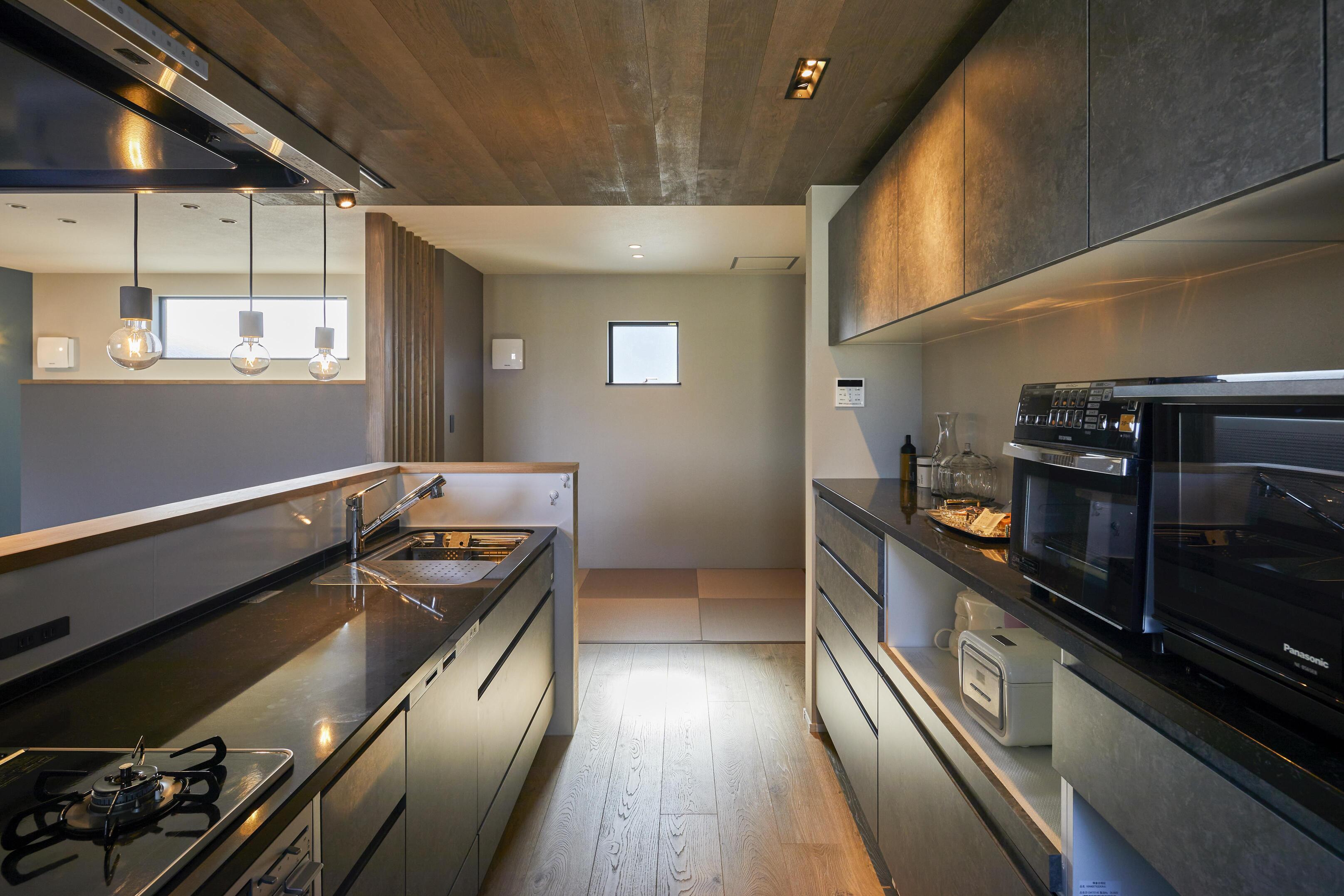 収納スペースをしっかり確保したキッチン。パントリーもあるのでいつでもスッキリした状態を保てる