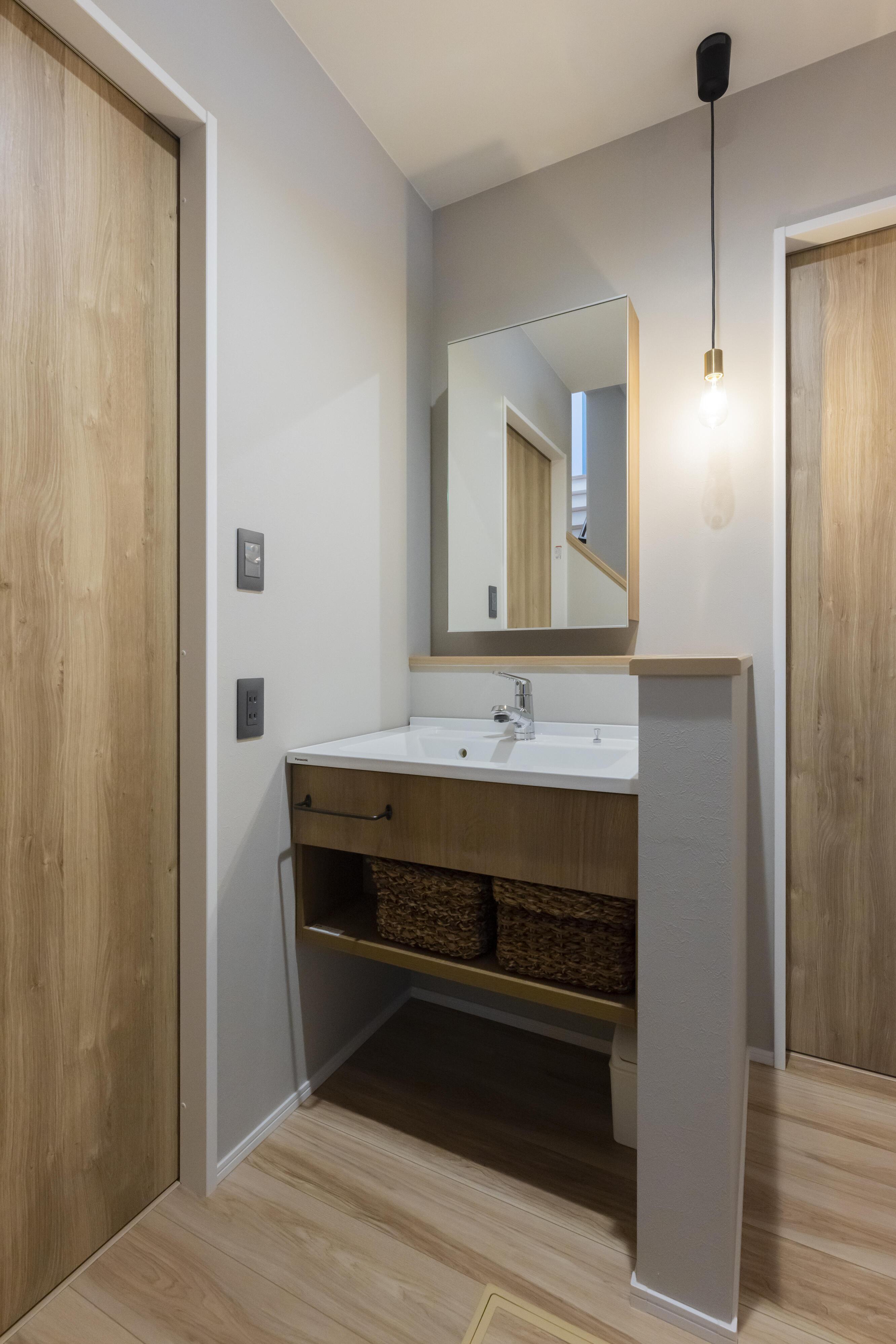 帰宅時に手洗いしやすいように玄関付近にも洗面台を設置している