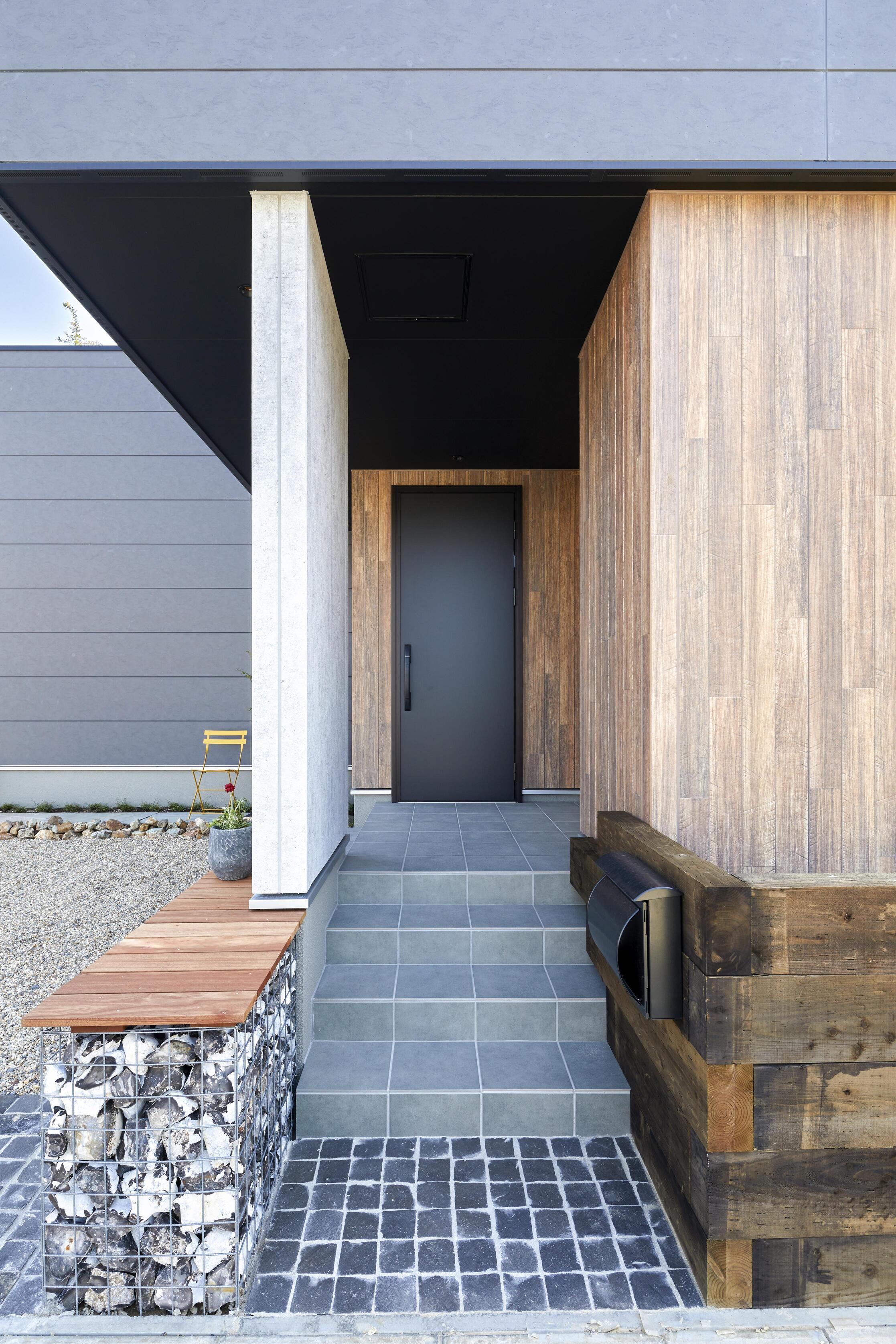 オイルペイントの玄関ドアを採用。美しい表情を引き出すためにミニマルなスタイリングに