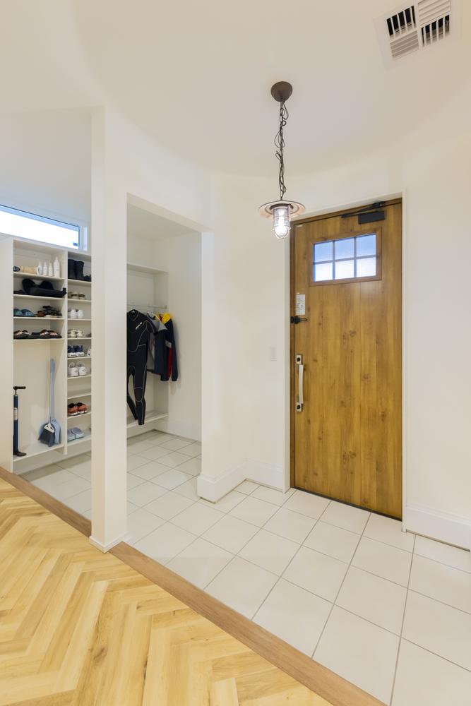 シューズインクロークのある広々とした玄関。アウトドア好きなご夫婦のグッズや服も収納できる