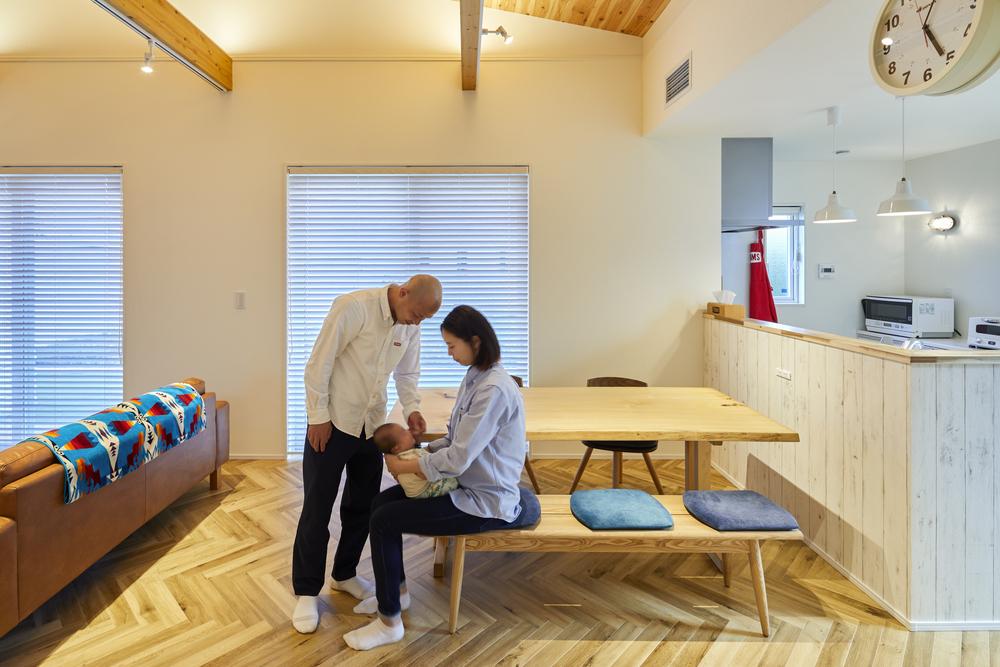 ヘリンボーン柄の床が、お部屋の印象をランクアップしてくれる