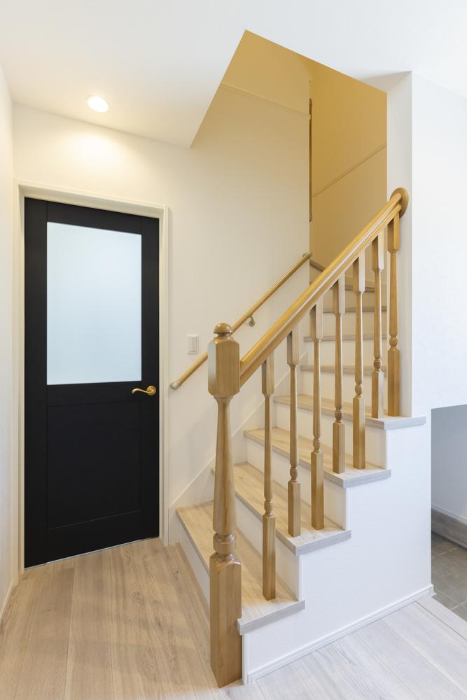 クラシックな木製手摺を採用した階段