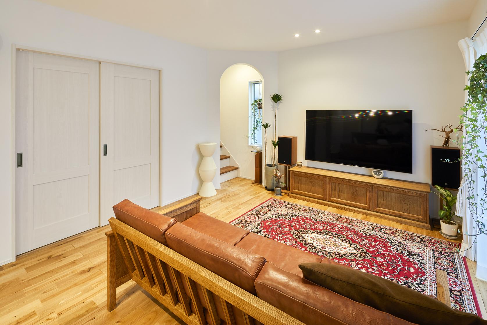 リビングは白を基調とした色合いにオーク材の無垢床が映える落ち着いた空間