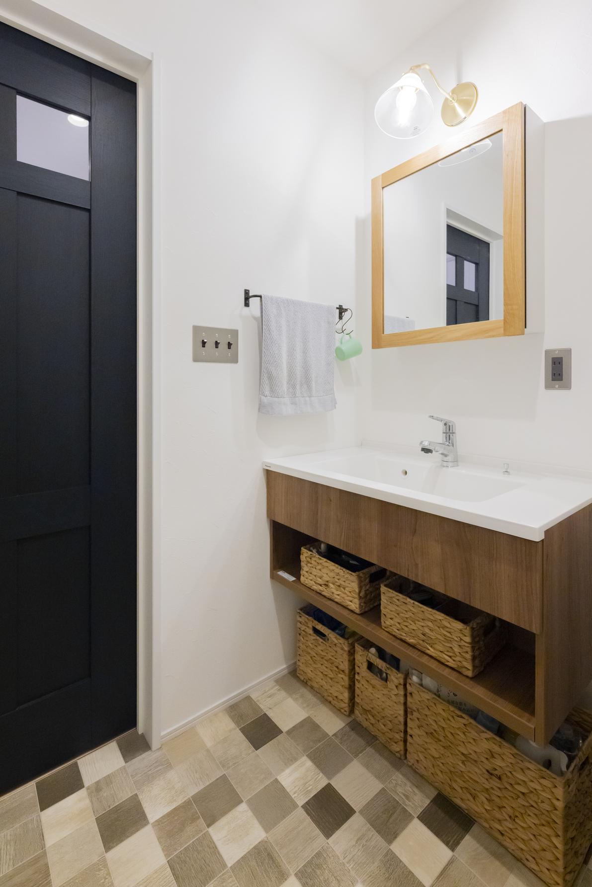 フロート洗面台と框デザインのミラーで造作のような洗面台