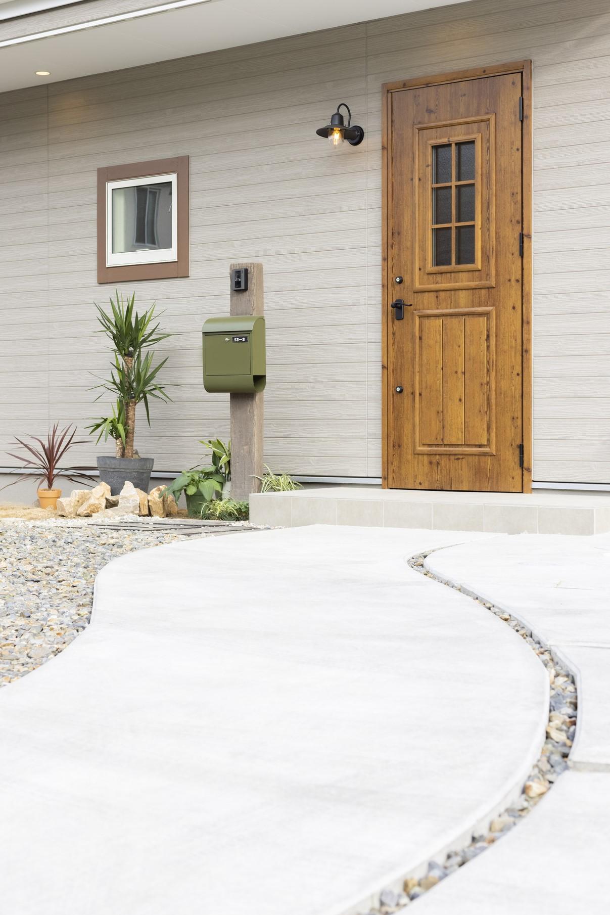 玄関アプローチは落ち着いた家を想像させる優雅なデザイン