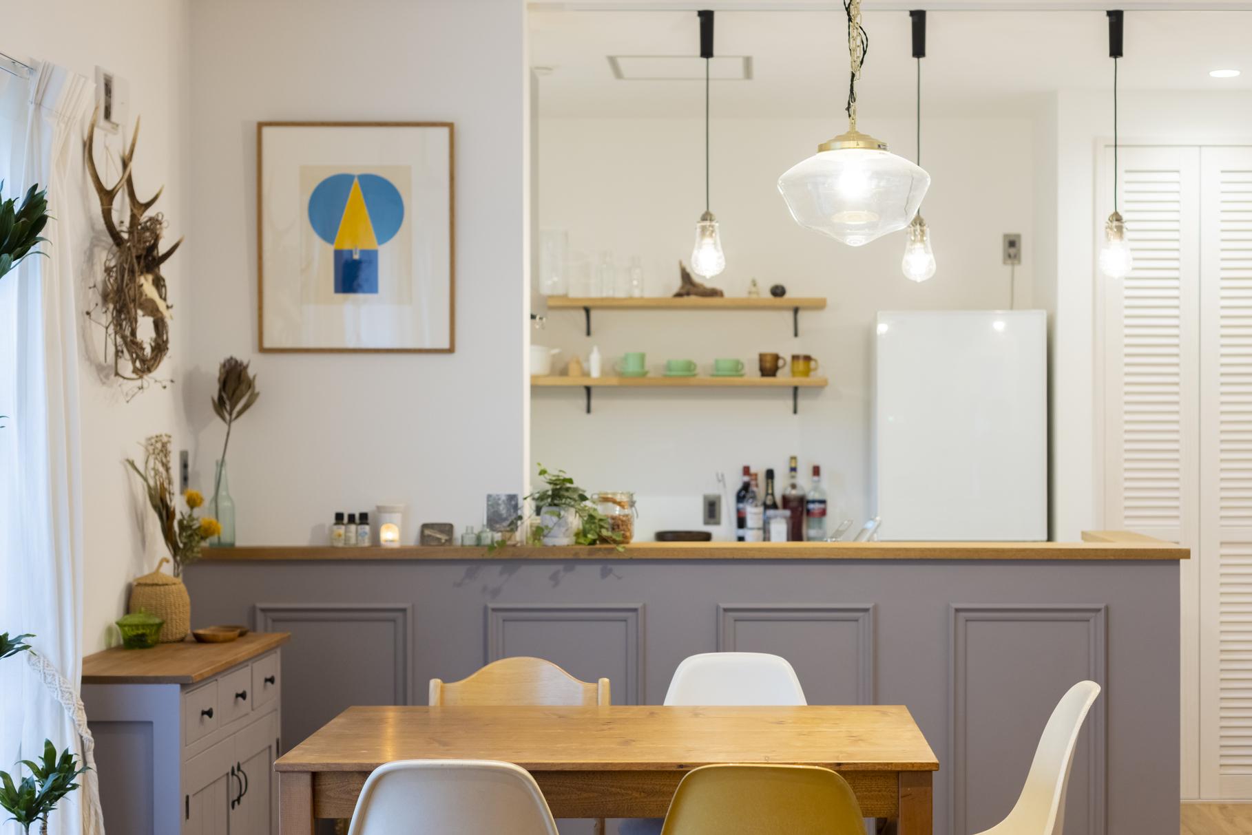 腰壁に框デザインのモールディングを合わせたスタイリッシュなキッチン