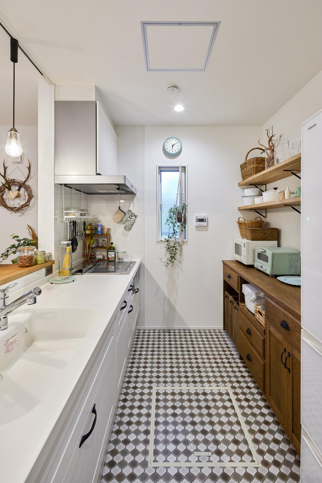 施主様オーダーメイドの棚とI型キッチンで、溢れがちな調理器具も綺麗に収まる