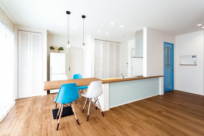 ダイニングテーブル一体型のキッチン。テーブルスペースと近いため配膳も楽々