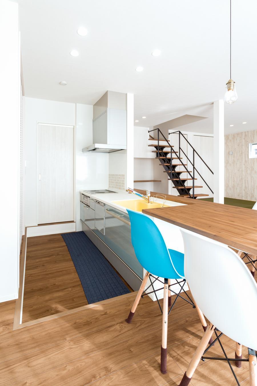 キッチンの床は1段低くなっており、料理をしながらでも子供たちと目線が合う