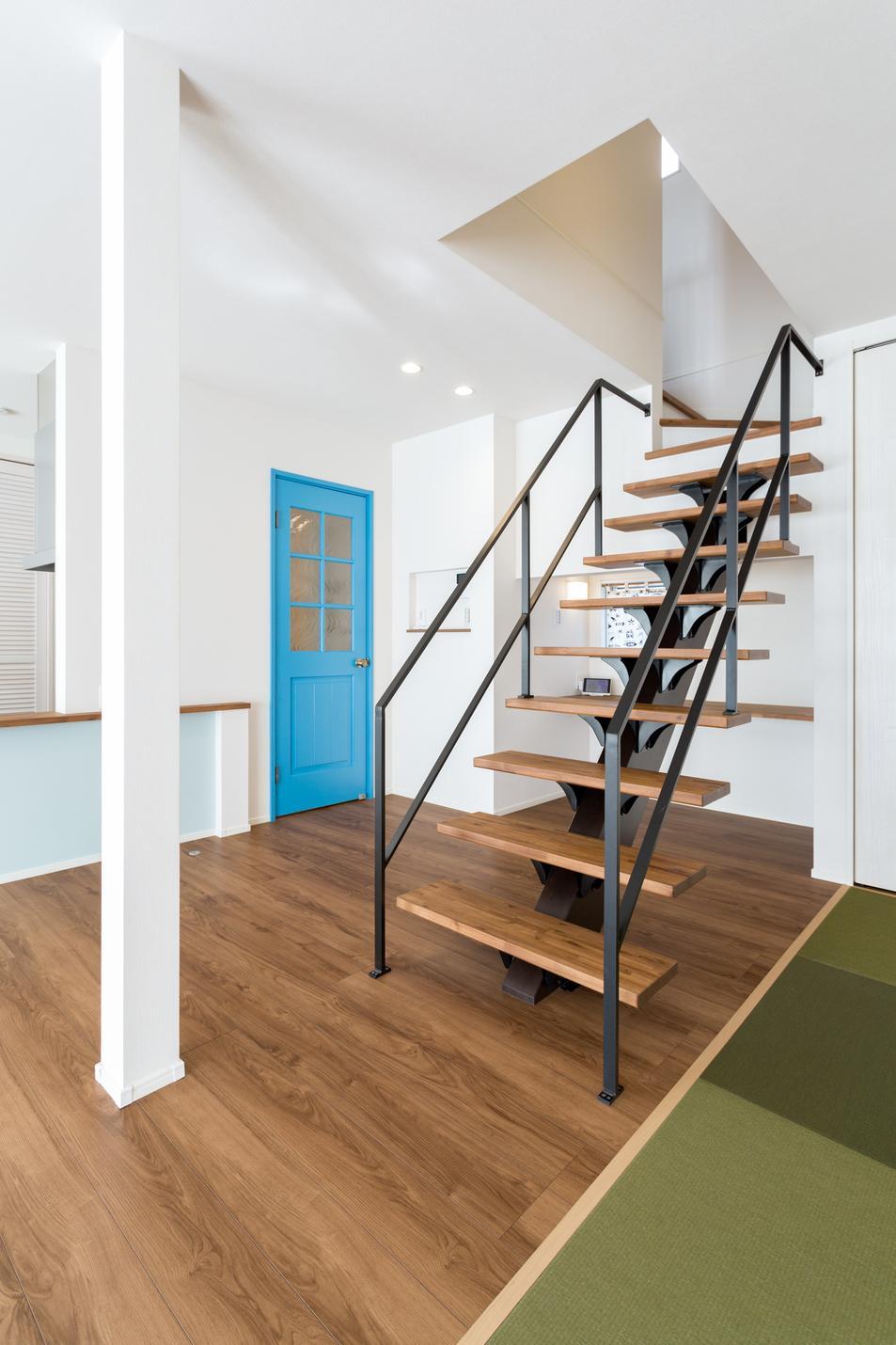 アイアンの手すりがかっこいいリビング階段。階段の裏にはワークスペースも設計