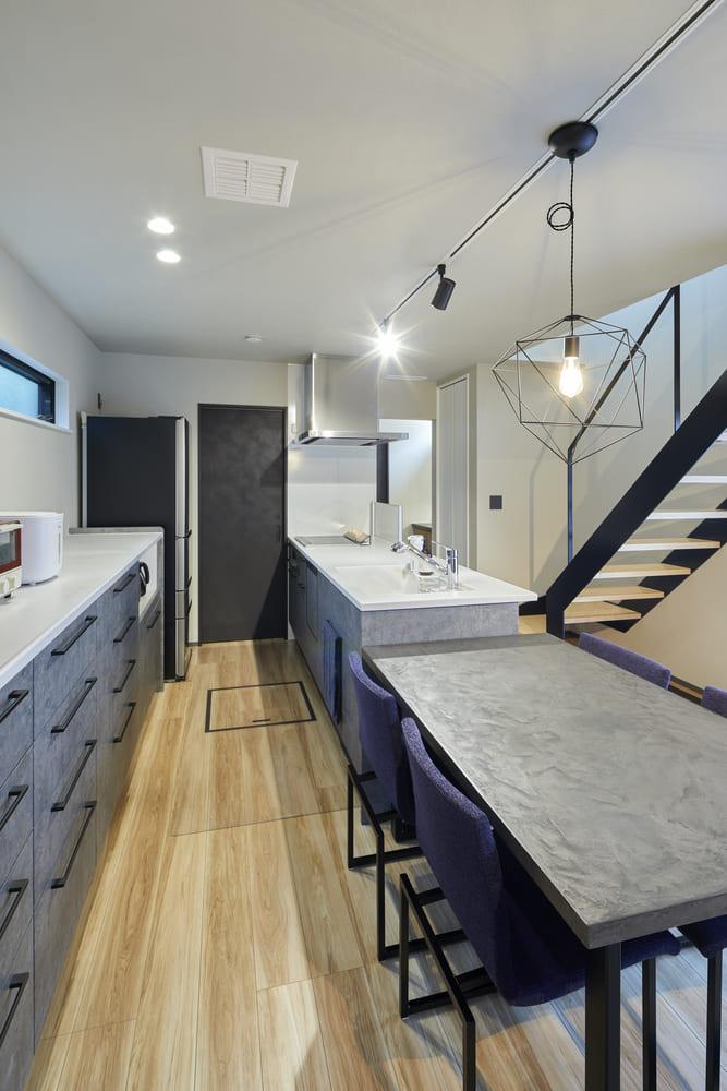 ペニンシュラ型のキッチンは存在感抜群。キッチン奥の扉は脱衣室に繋がっており、家事動線が工夫されている