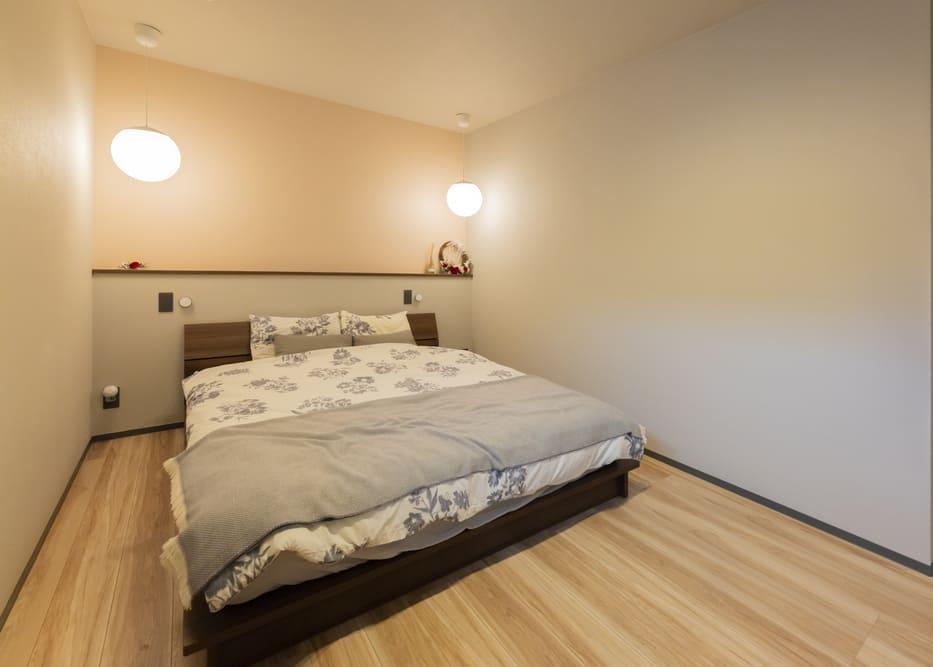 寝室は枕元にペンダントライトを2灯おとし、手元のスイッチで手軽にオン/オフできるようになっている