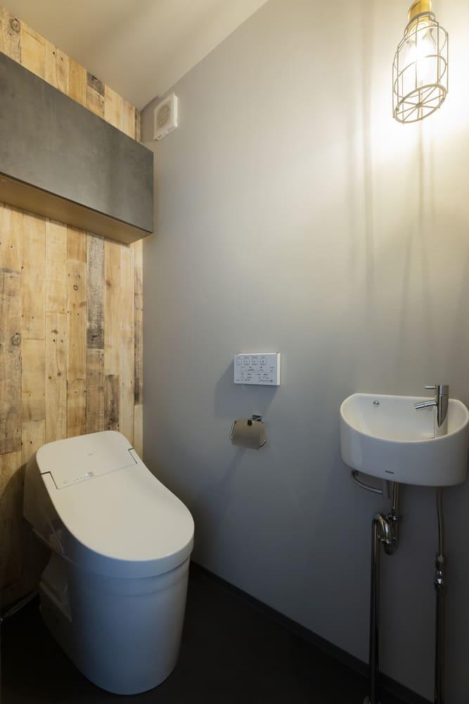 トイレには釘跡が味わい深い木目調のアクセントクロスを採用。