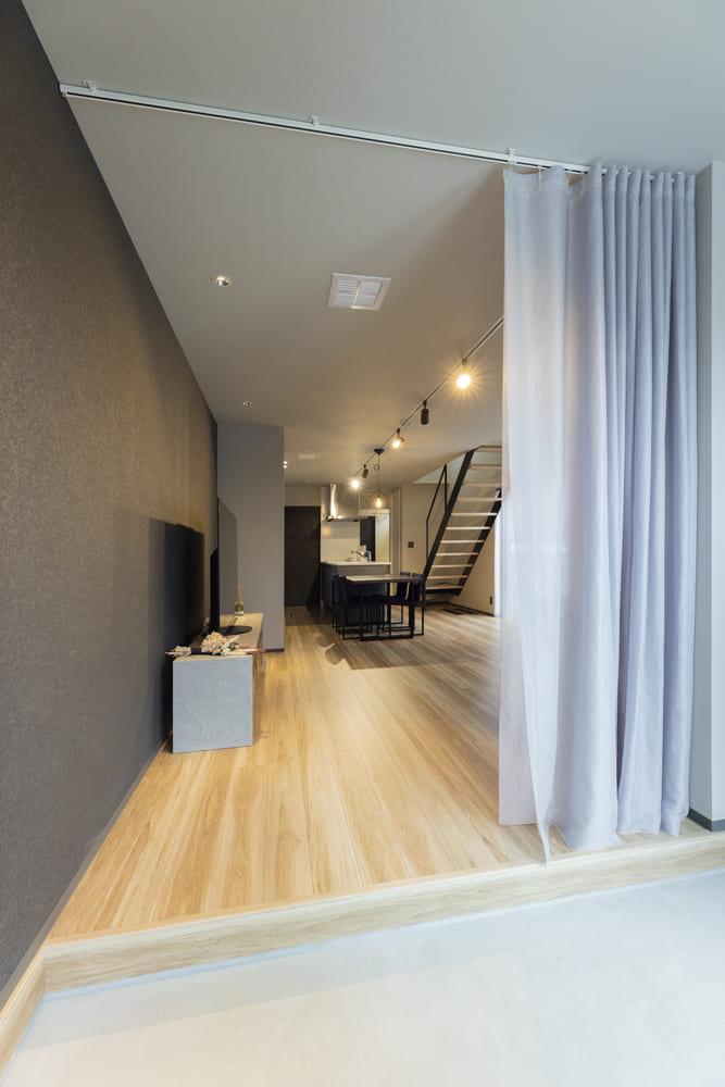全館空調を採用しているため、玄関入ってすぐにリビングが広がる開放的な間取りになっている
